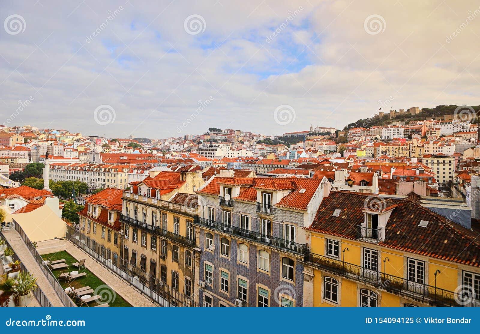 Lisbonne Portugal - belle vue panoramique des toits rouges des maisons dans le secteur historique antique Alfama et le Tage