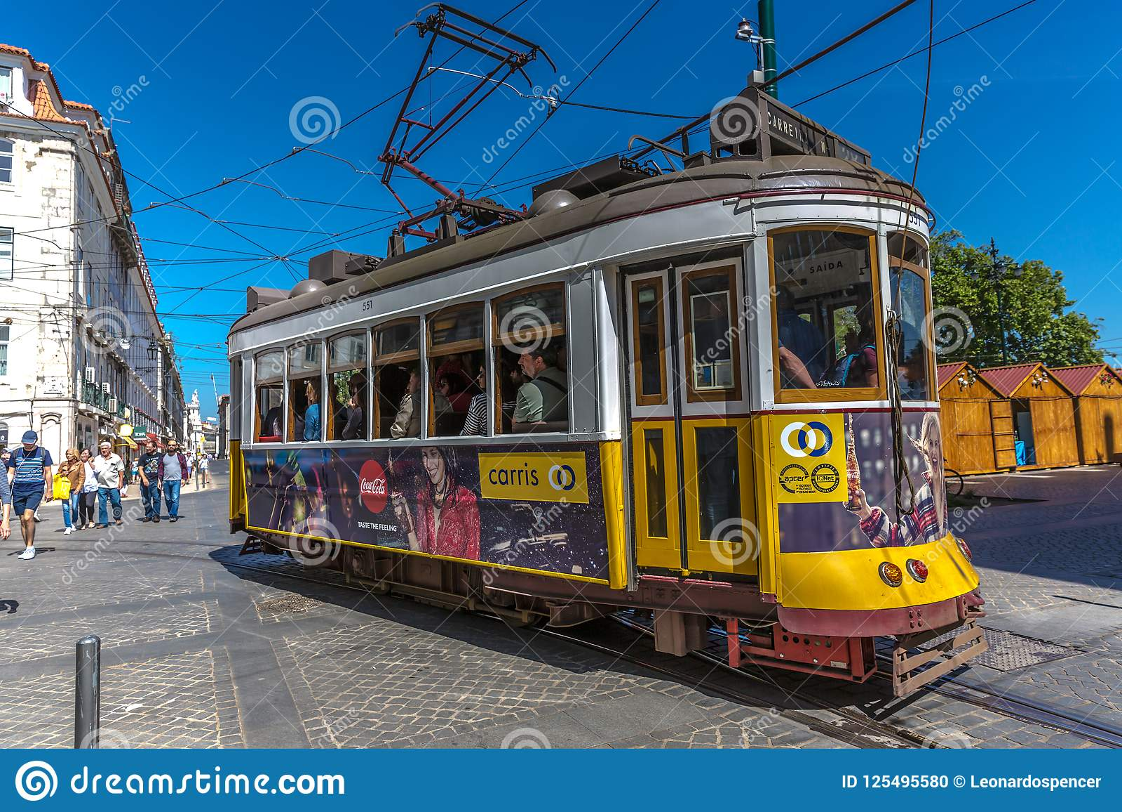 Lisbonne, Portugal - 9 mai 2018 - touriste et gens du pays montant un tram jaune traditionnel à Lisbonne du centre, dans un beau