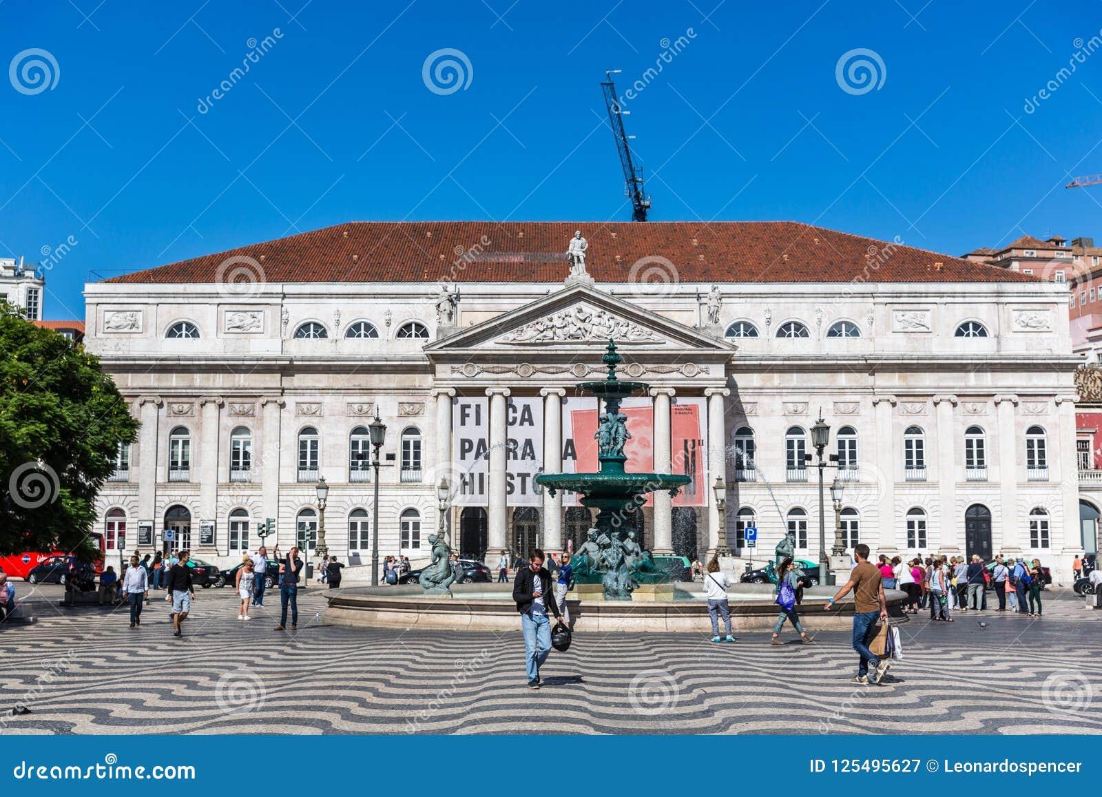 Lisbonne, Portugal - 9 mai 2018 - touristes et gens du pays marchant dans un boulevard traditionnel à Lisbonne en centre ville da