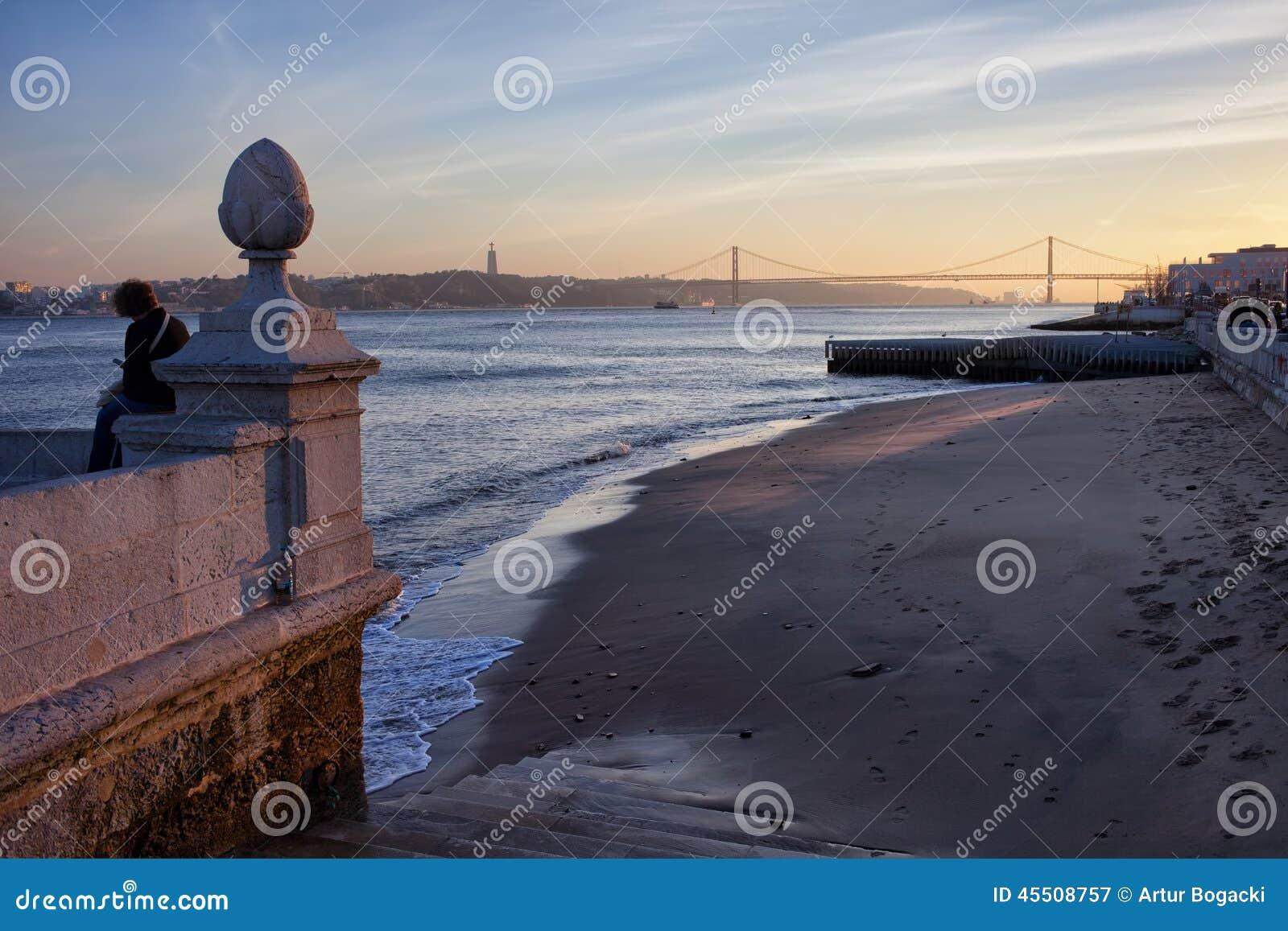 Lissabon Fluss lissabon fluss strand bei sonnenuntergang stockbild bild