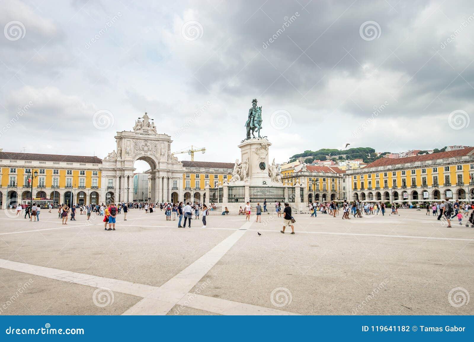 Lissabon Portugal - Augusti 27, 2017: Turister som går på den Comercio fyrkanten, Praca gör Comercio på en delvis molnig dag i Li