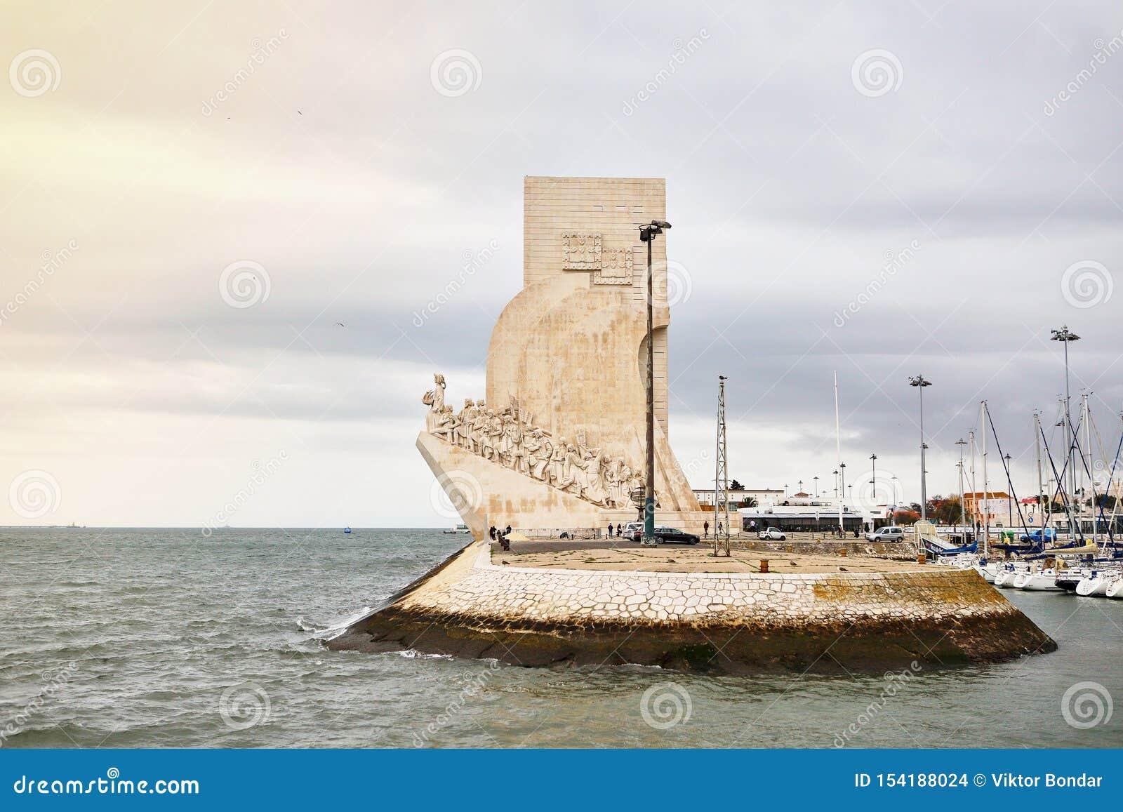 LISSABON PORTUGAL - December 12, 2018: Monument för Padrao DOS Descobrimentos till upptäckterna på banken av Taguset River