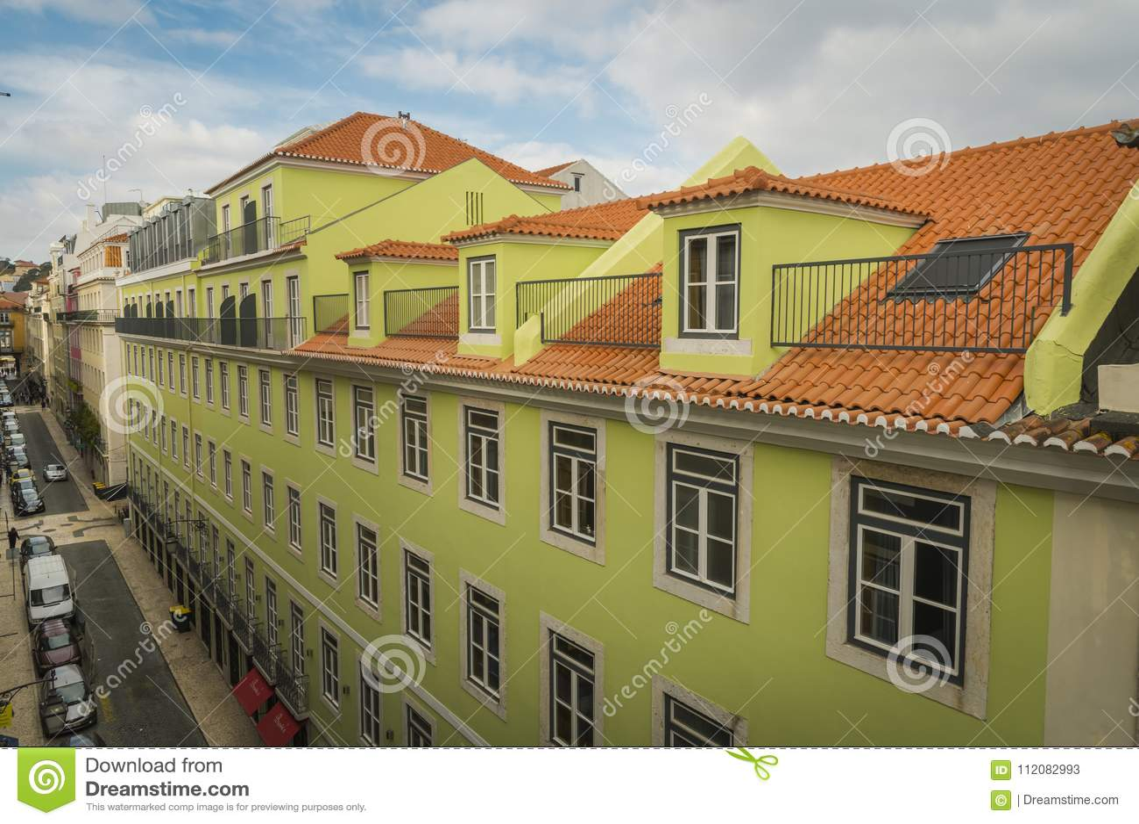 LISSABON/PORTUGAL - FEBRUARI 17 2018: MENING VAN BALKON BIJ OUD C