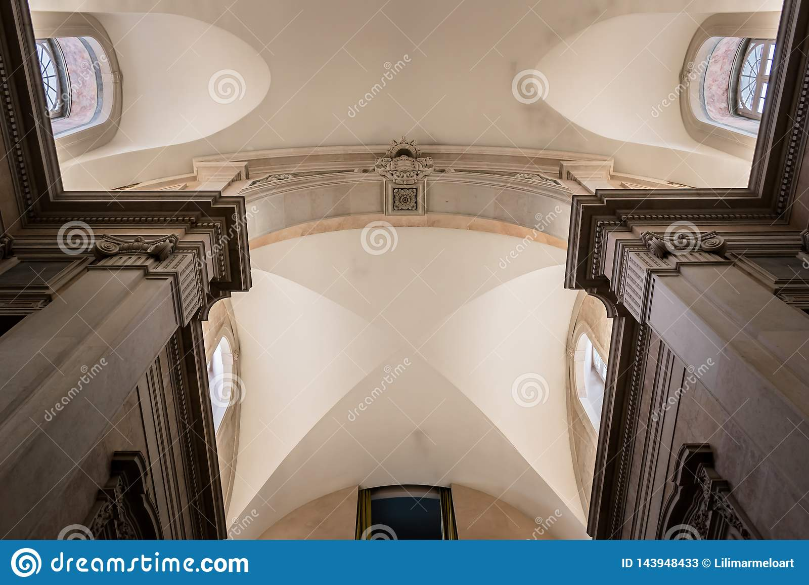Lissabon, Portugal - Maart 17, 2019 - Perspectief van het binnenlandse plafond van het Geldmuseum