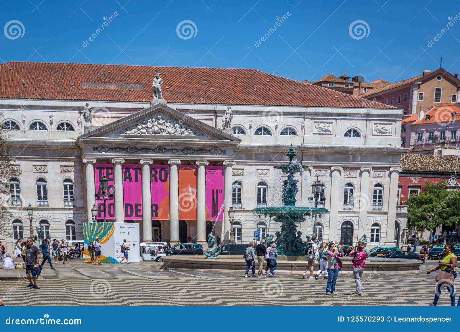 Lissabon, Portugal - Maj 9th 2018 - turister och lokaler som går på den Rossio boulevarden i huvudstad för i stadens centrum Liss