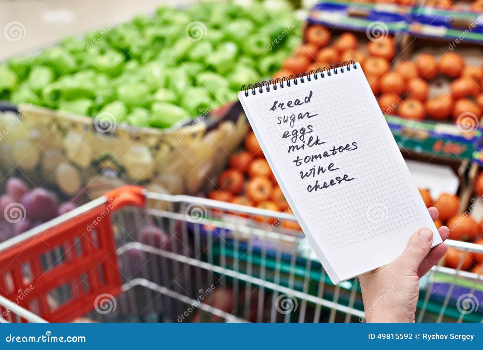 lista de compras en manos de la mujer en supermercado foto de