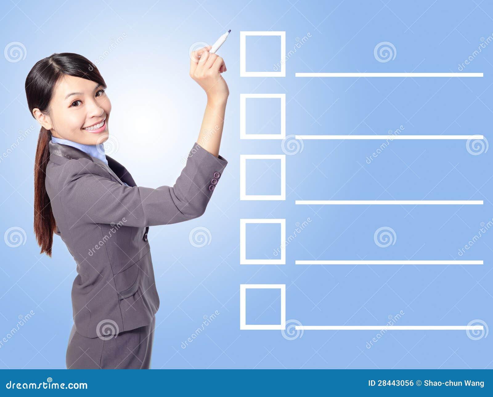 Lista de verificação de enchimento da mulher de negócio
