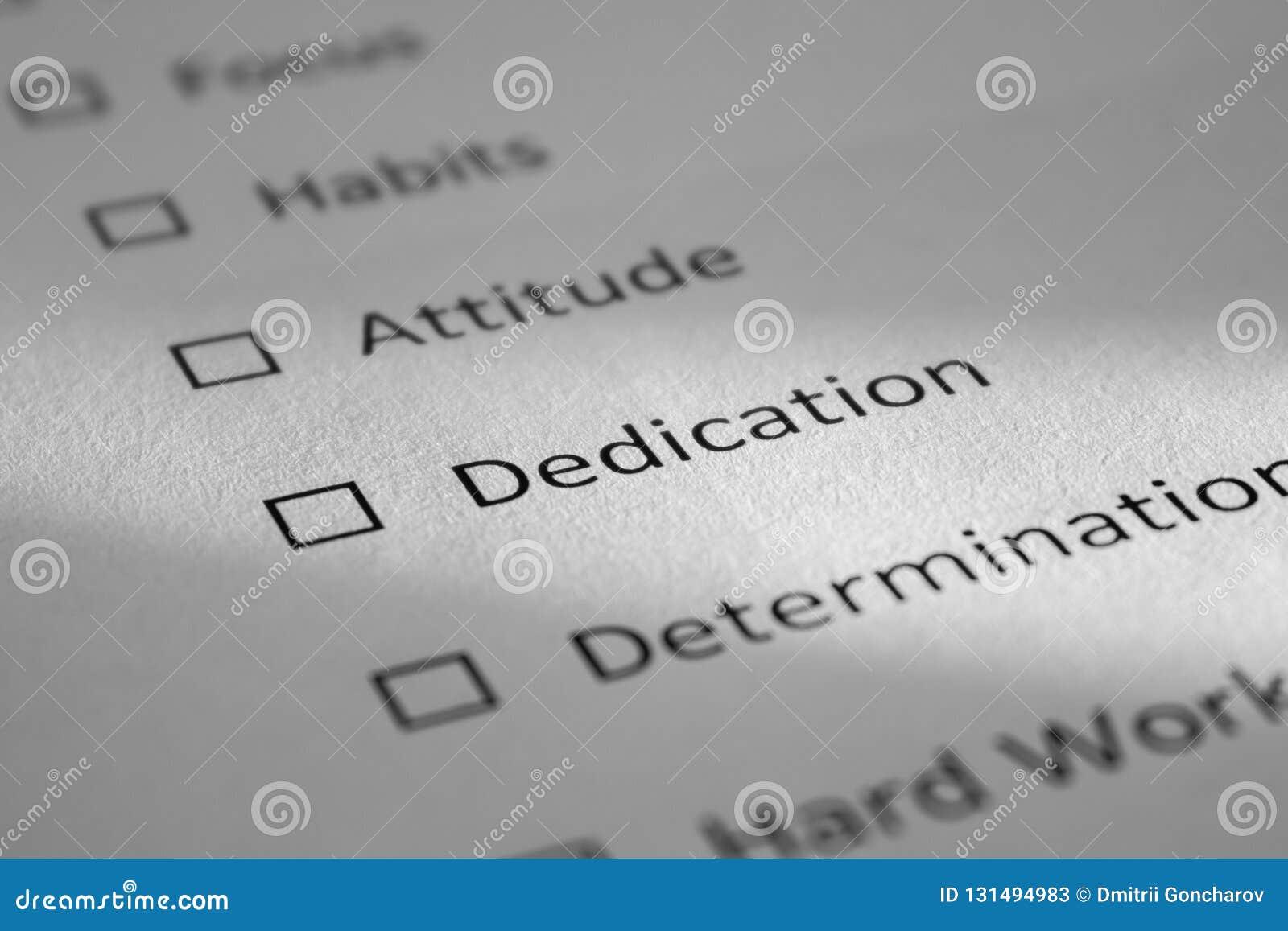 Lista kontrolna na białym prześcieradle papier z punktami Skupia się, przyzwyczajenia, postawa, dedykacja, determinacja Wpisowa d