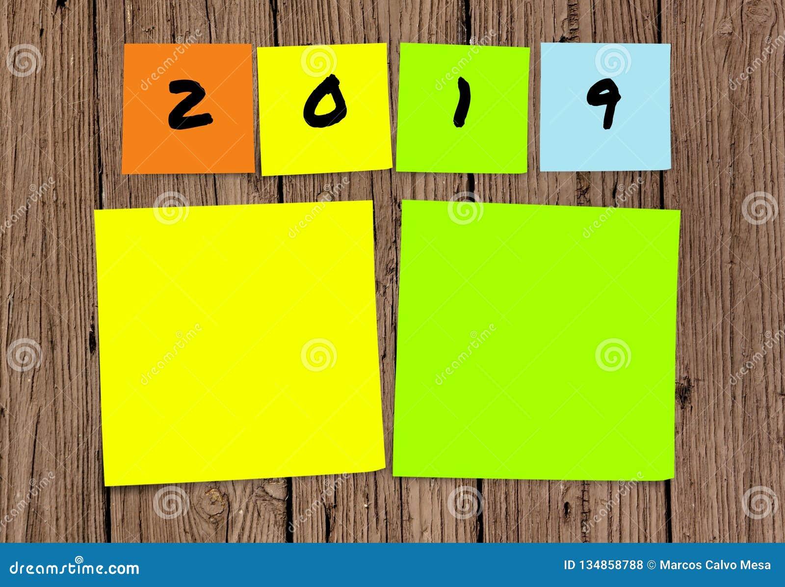 Liste de 2019 résolutions manuscrites et de buts de nouvelle année dans les notes collantes dans la détermination d engagement et