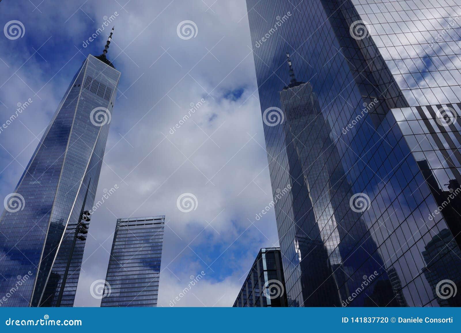 Listopad 2018 - Freedom Tower w Miasto Nowy Jork odbija w odzwierciedlającej fasadzie