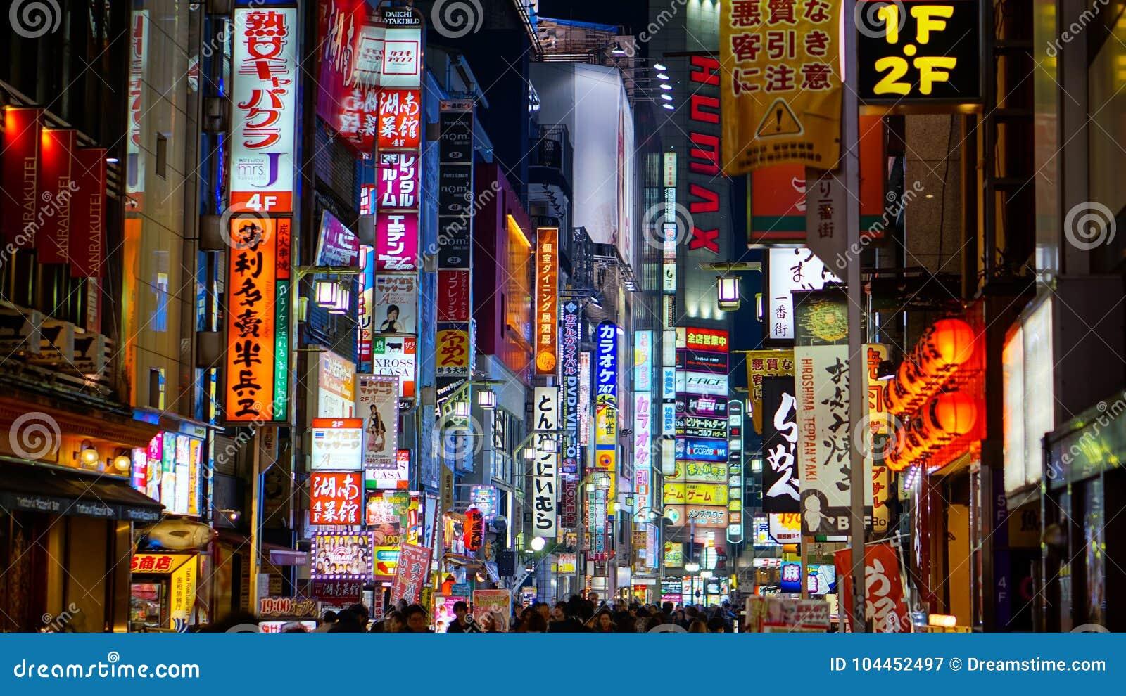 Listopad 8, 2017: Iluminujący znaki przy Kabukicho ulicy czerwonym światłem i billboardy