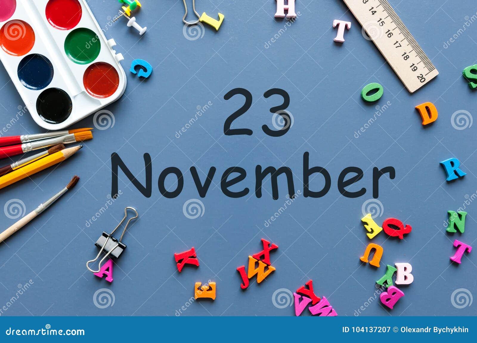 Listopad 23rd Dzień 23 ostatni jesień miesiąc, kalendarz na błękitnym tle z szkolnymi dostawami Biznesowy temat