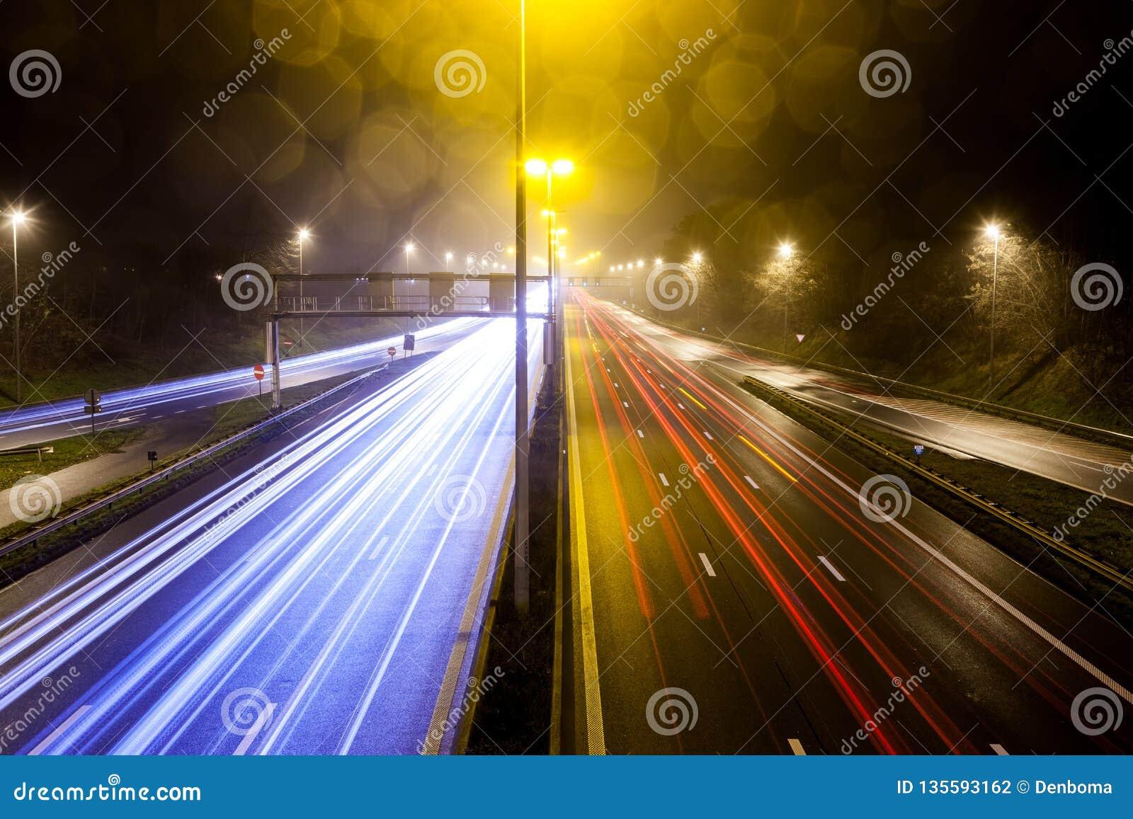 Listras claras da estrada