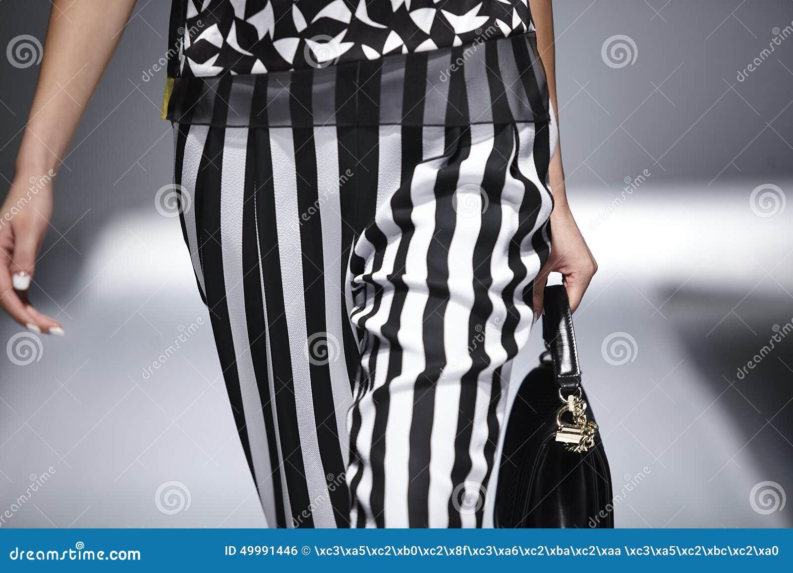 Listras preto e branco da peça da passarela do corpo do modelo da pista de decolagem do desfile de moda