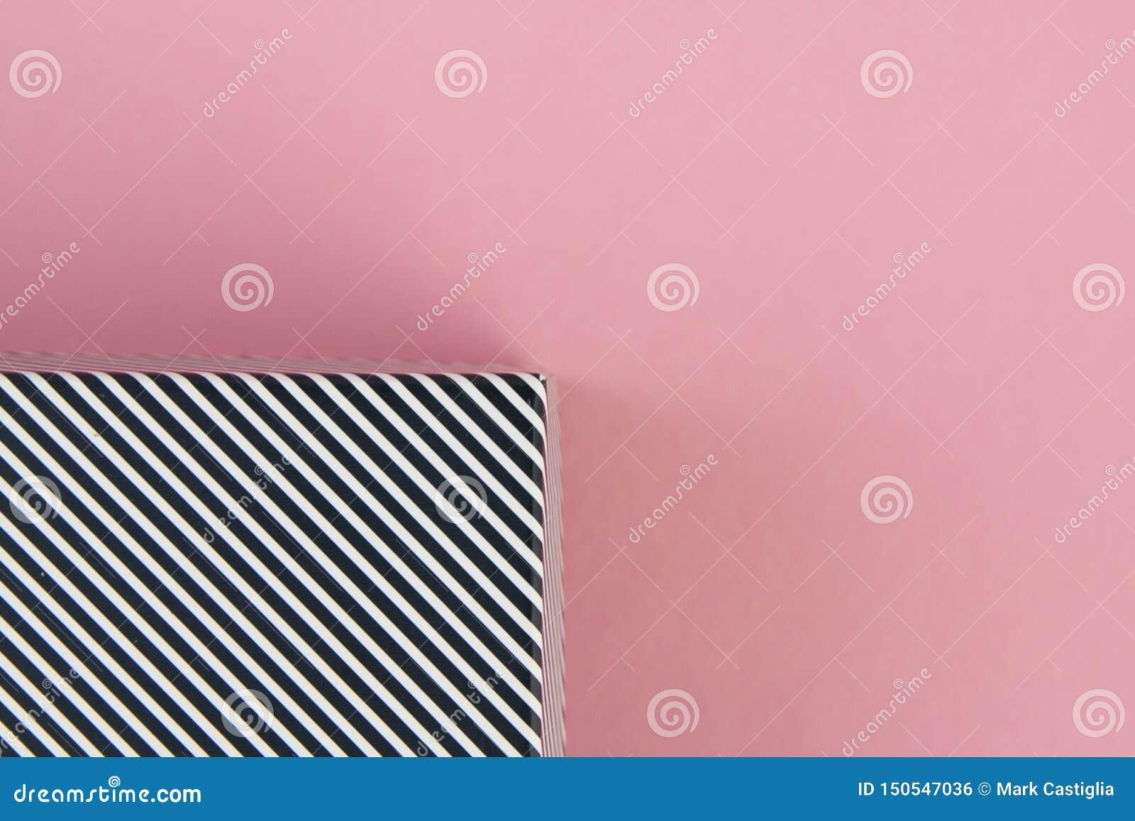 Listras preto e branco diagonais no fundo cor-de-rosa pastel
