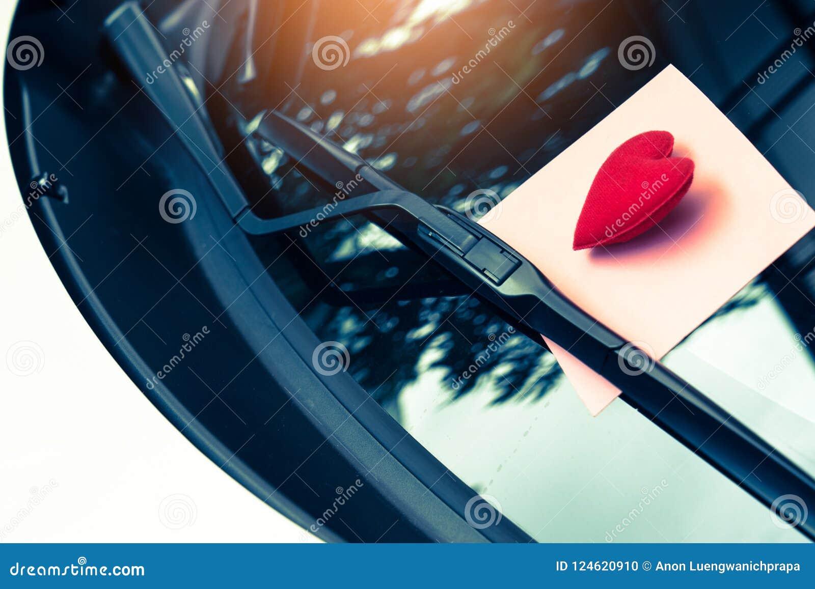 Listu miłosnego serce na kleistej notatce pod przednią szybą Rocznik