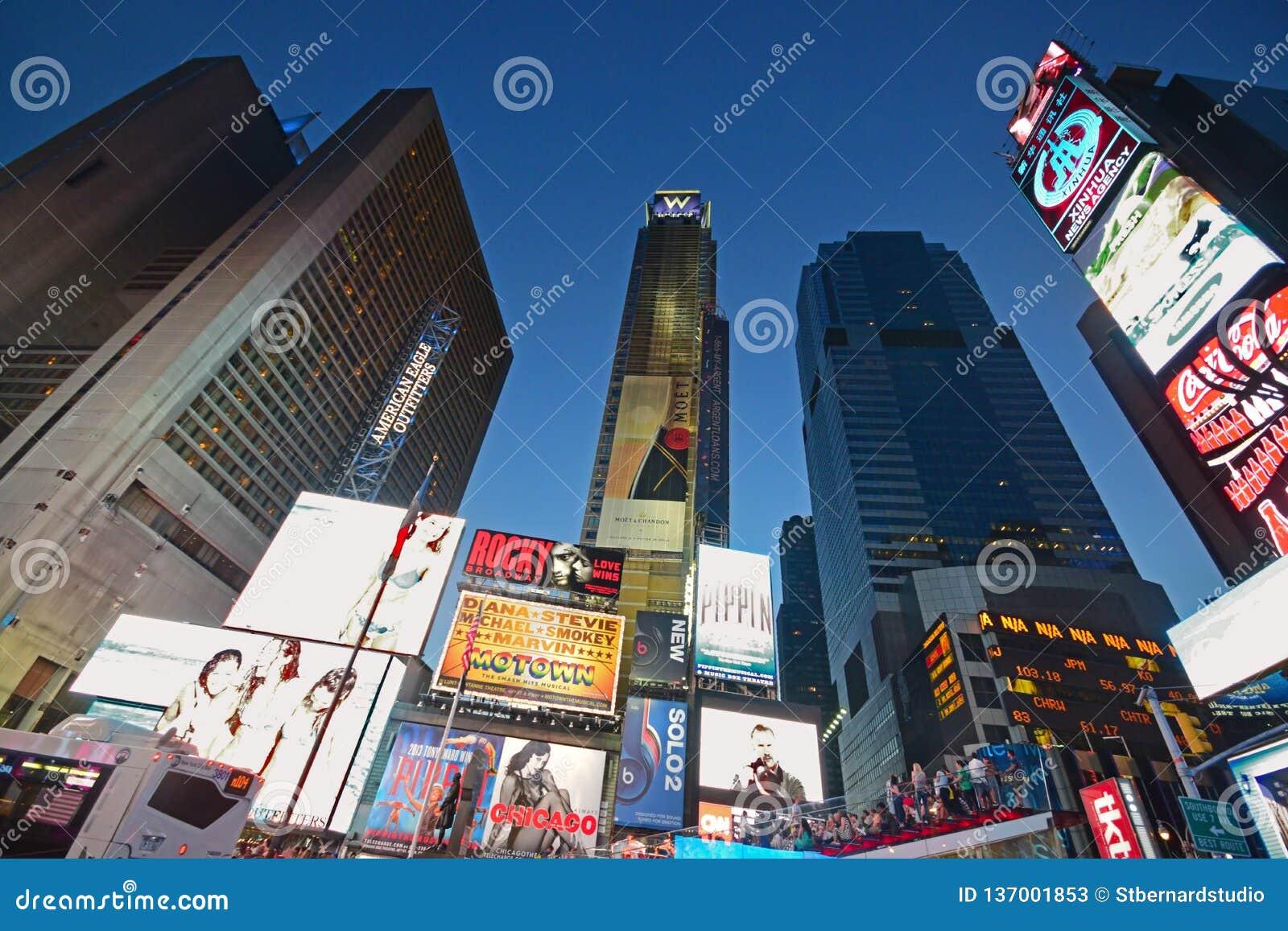 LIT επάνω στο χρονικό τετράγωνο της Νέας Υόρκης στο σύνολο βραδιού της φωτεινής εμπορικής οθόνης