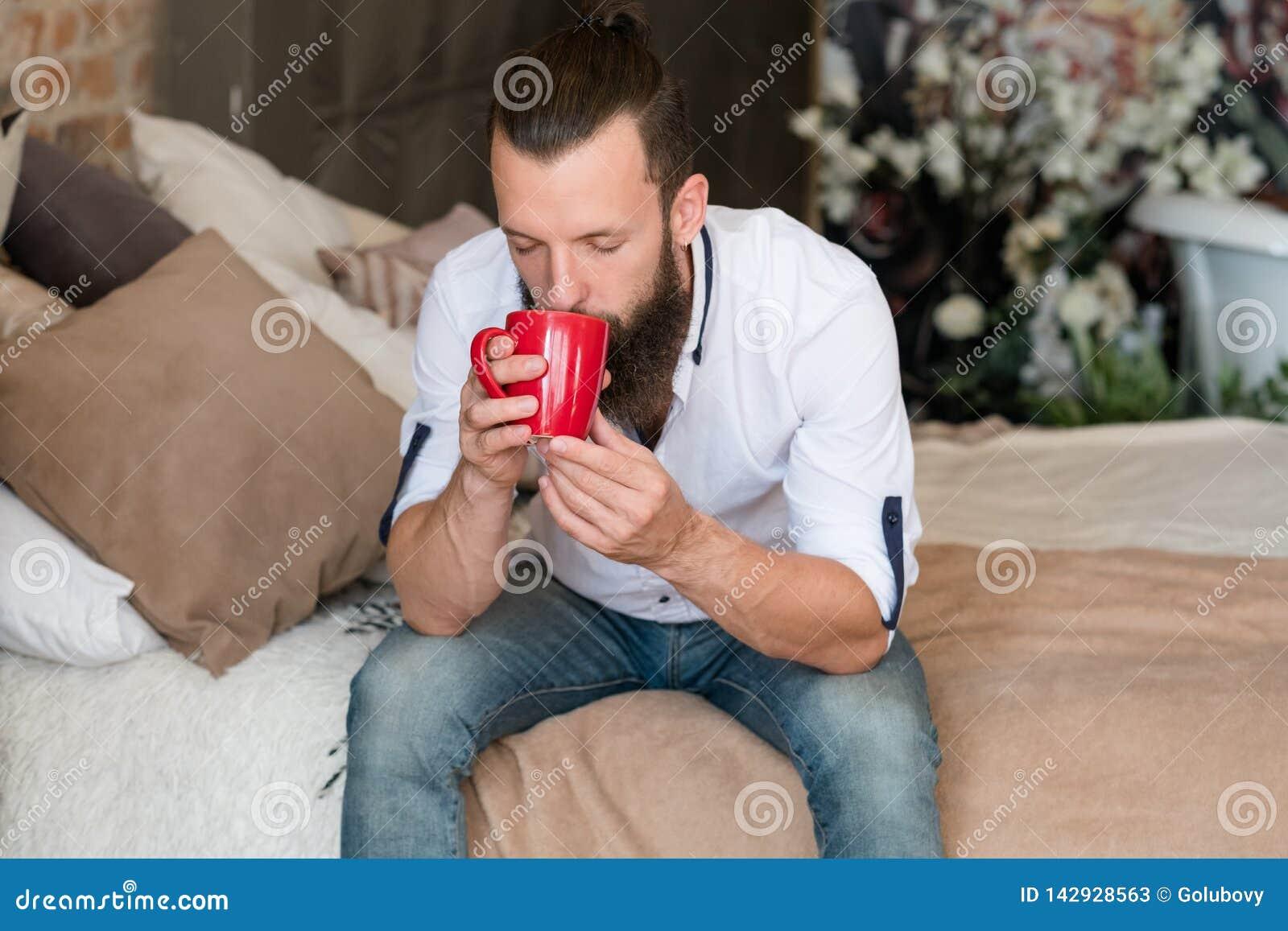 Lit chaud d homme de plaisir de relaxation de chaleur de boissons