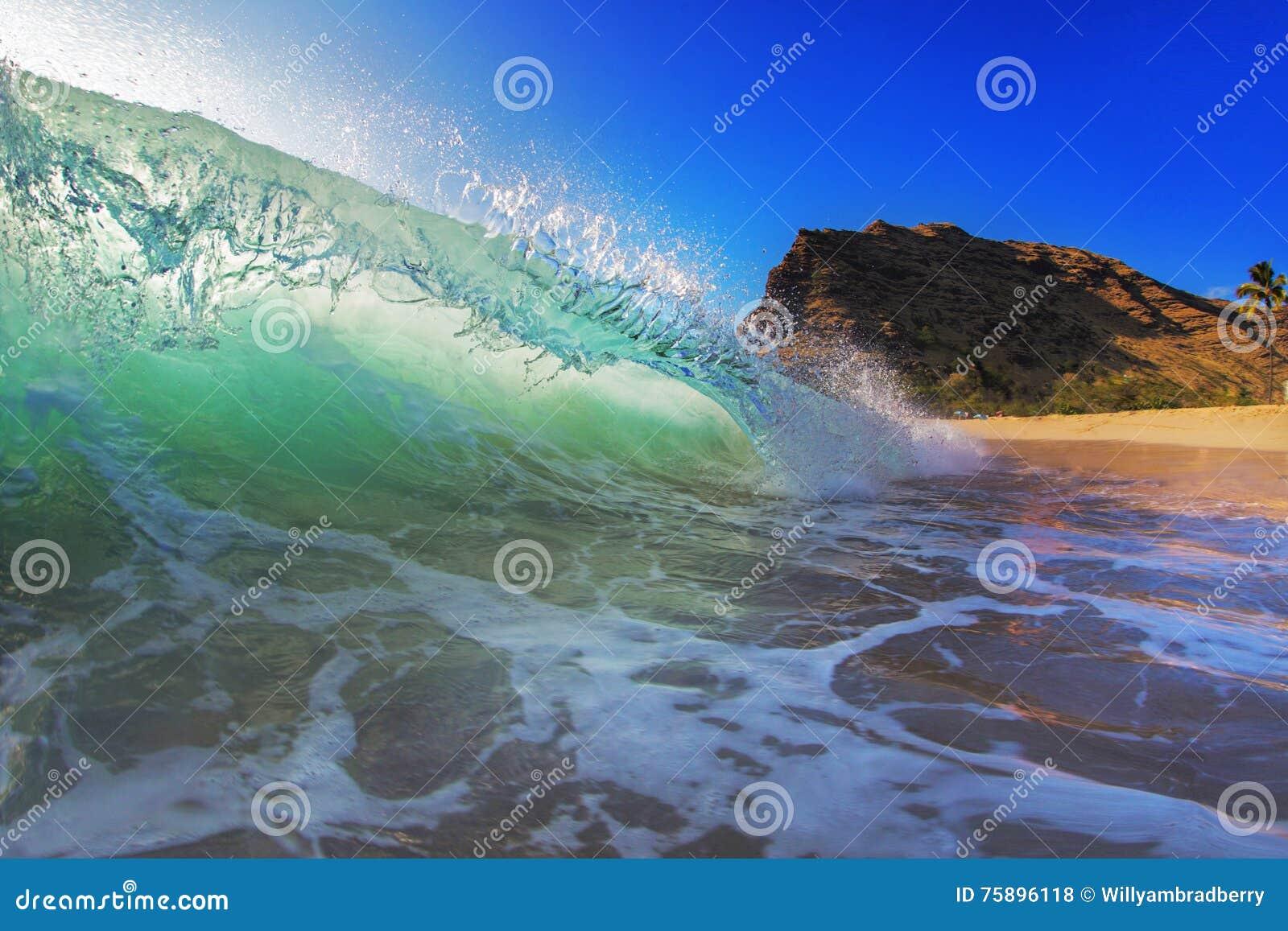 Lit colorido de la onda que practica surf con luz del sol en el Océano Pacífico en Maui