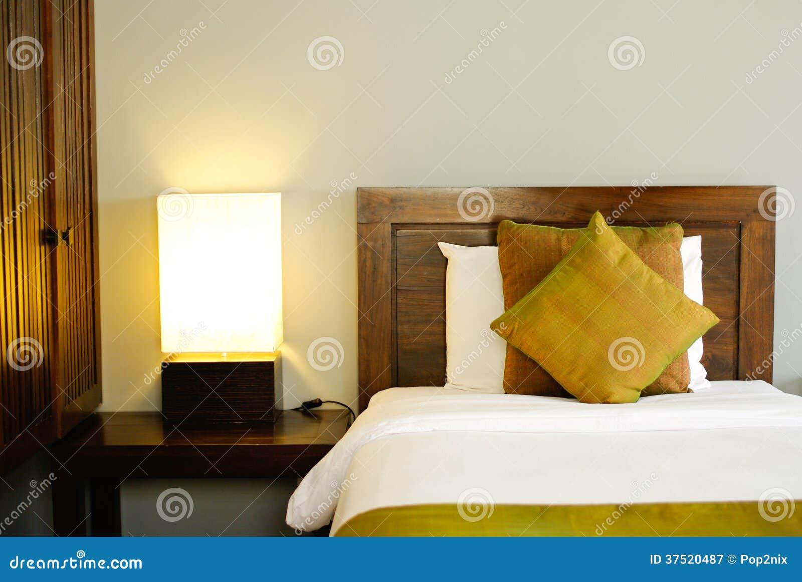 Lit dans une chambre d 39 h tel la nuit photographie stock libre de droits - Position lit dans une chambre ...