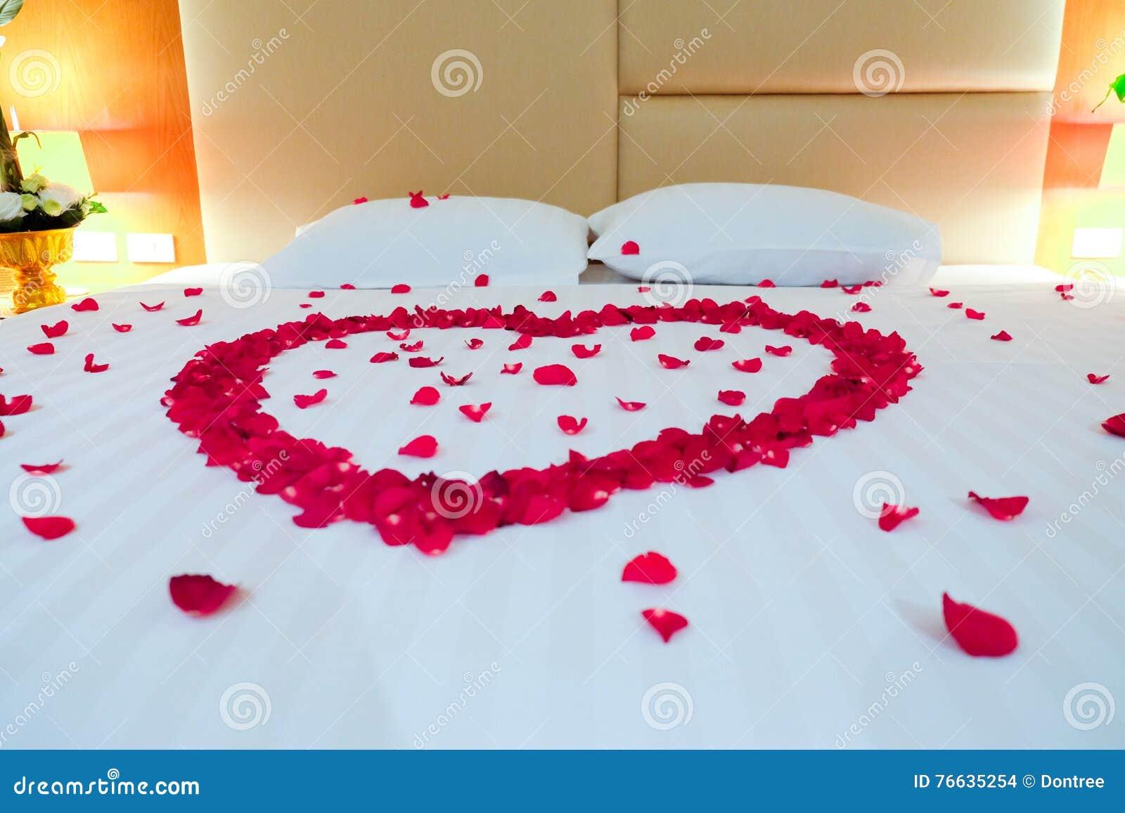 lit de mariage compl t avec des p tales de rose photo stock image du home d tendez 76635254. Black Bedroom Furniture Sets. Home Design Ideas