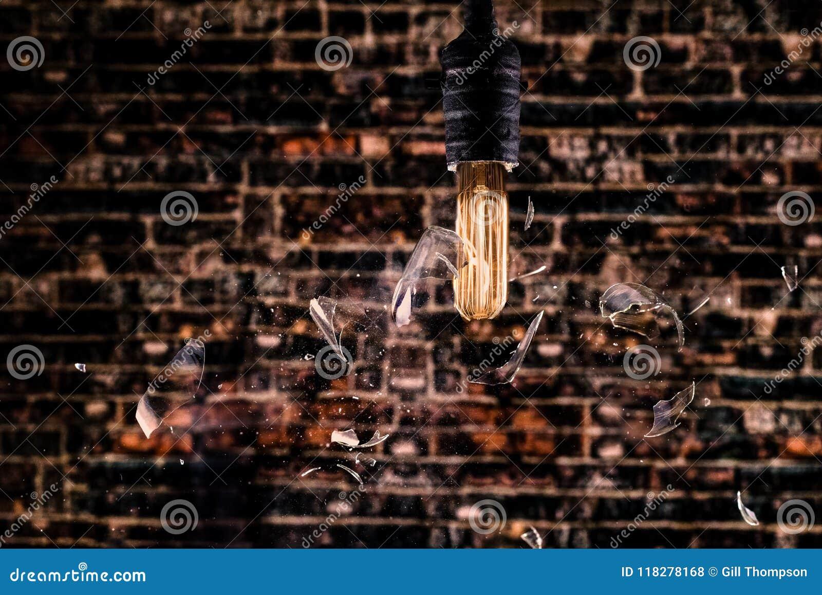 Lit Edison Bulb Shattering Prior aan gloeidraad die zich uitbranden