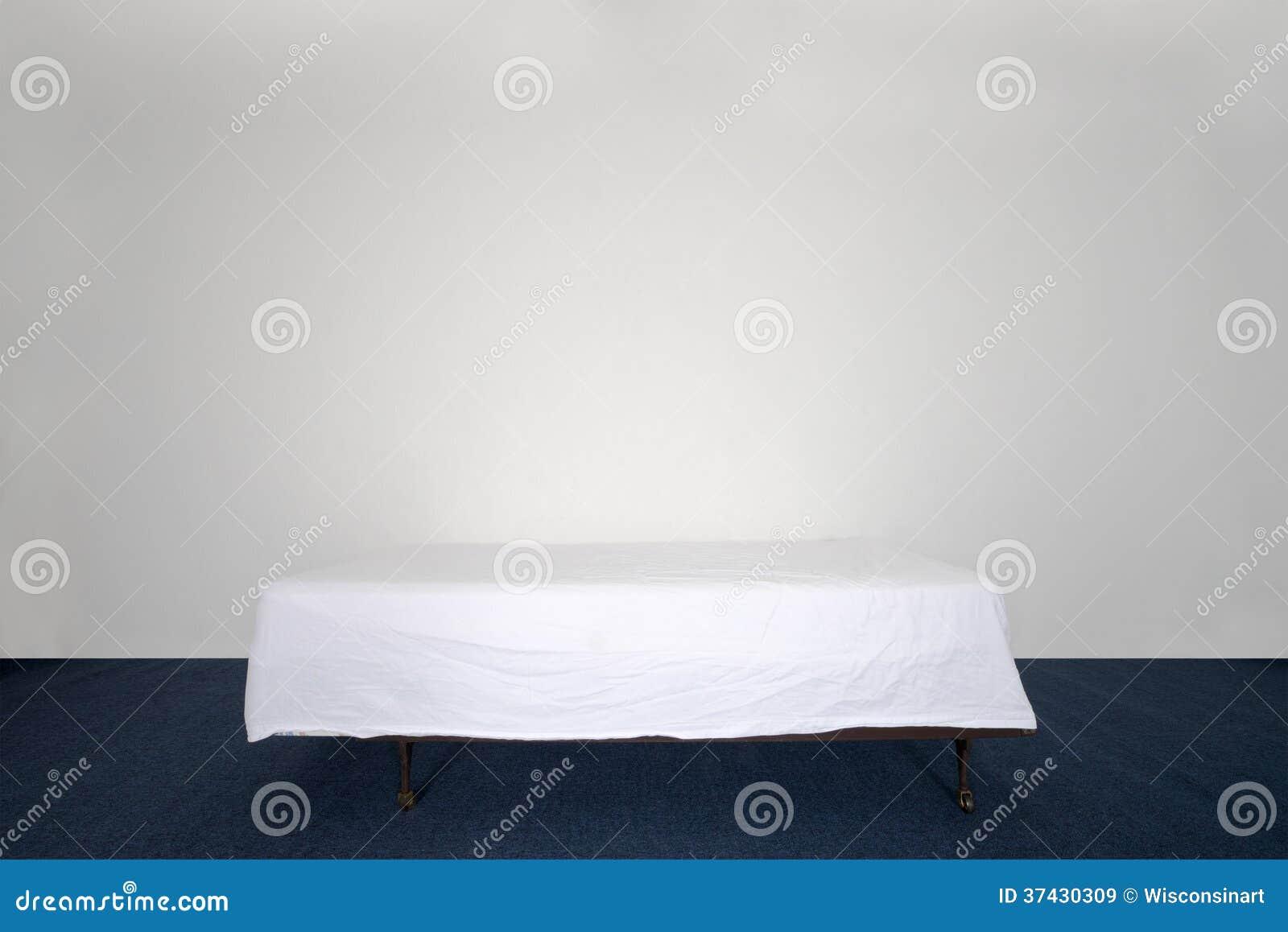 lit et matelas dans la chambre vide avec le mur vide image stock image du pi ce feuille 37430309. Black Bedroom Furniture Sets. Home Design Ideas