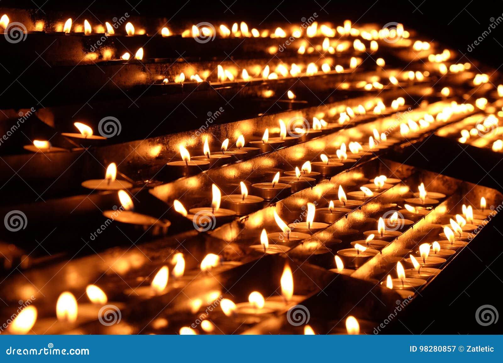 Lit-kaarsen op het altaar van Onze Dame in de Kathedraal in Zagreb