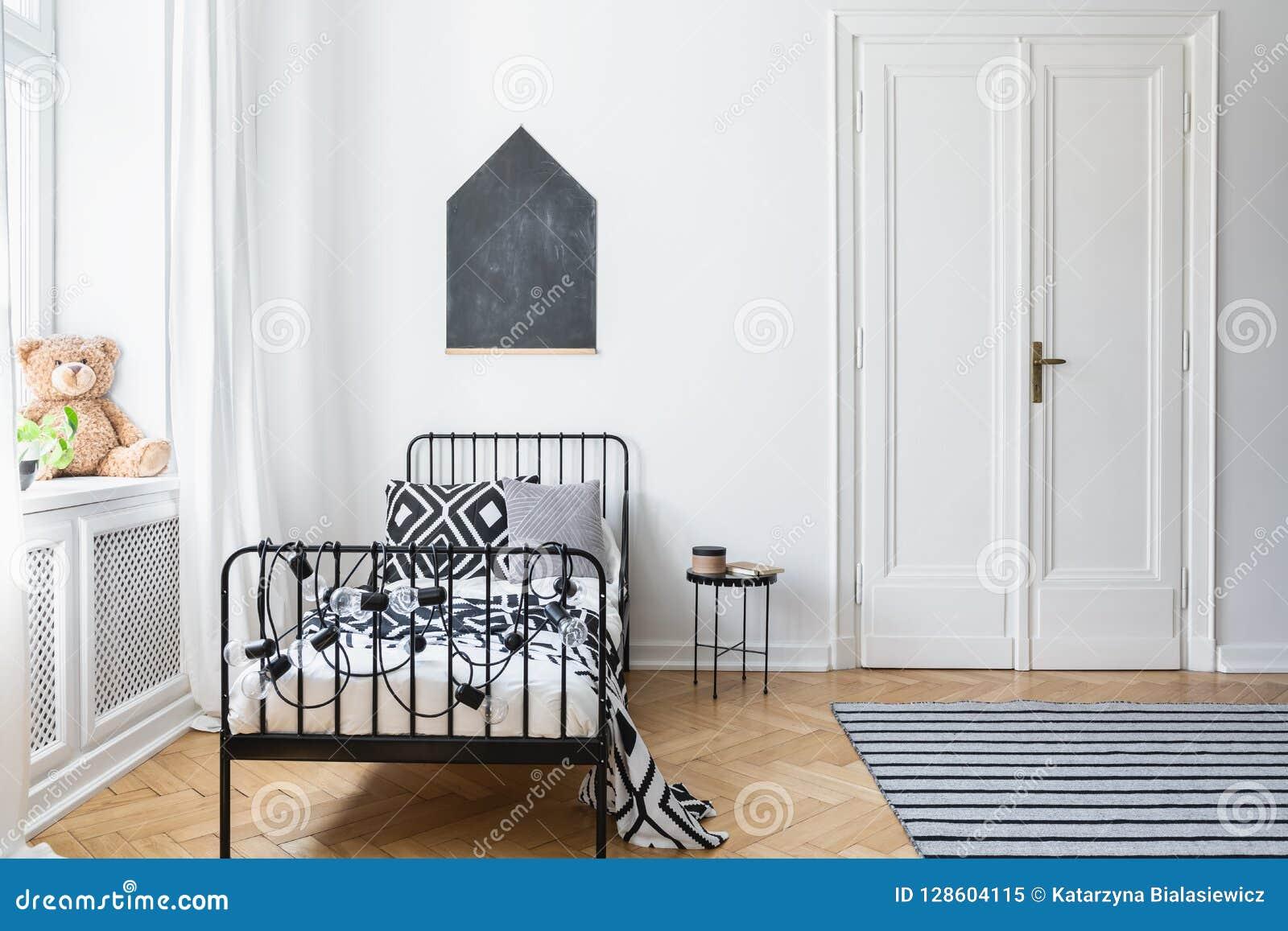Chambre Avec Un Mur Noir lit noir et blanc dans l'intérieur de chambre à coucher du