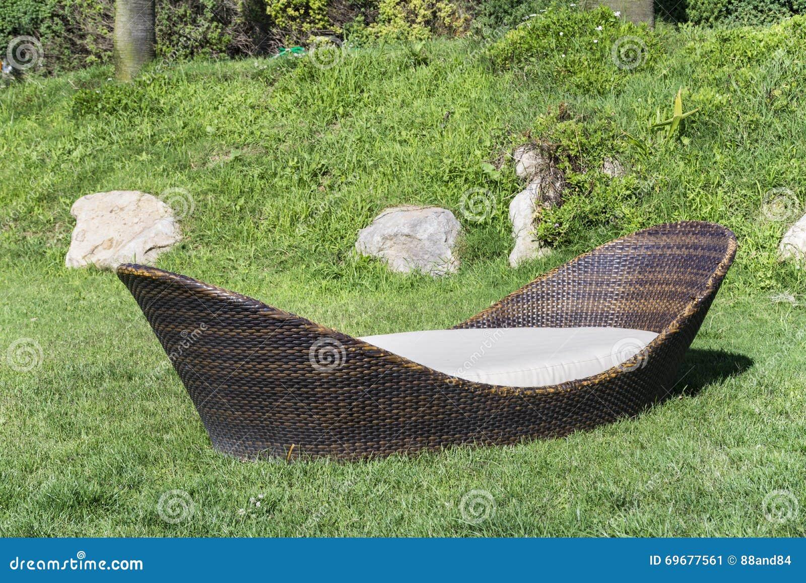 Lit Pliant De Rotin De Salon Dans Un Jardin Vert Image stock ...