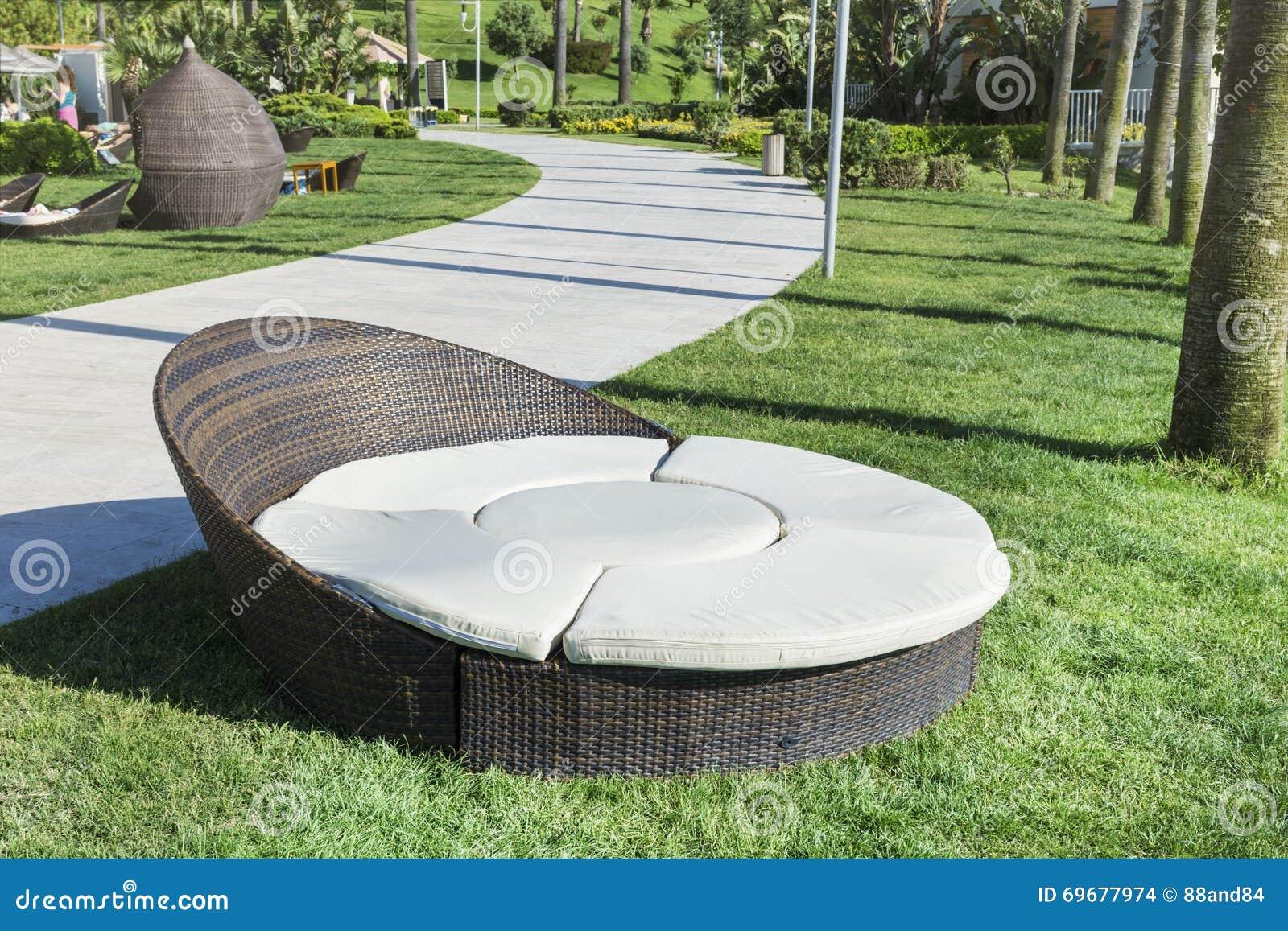 Lit Pliant De Rotin De Salon Dans Un Jardin Vert Photo stock - Image ...