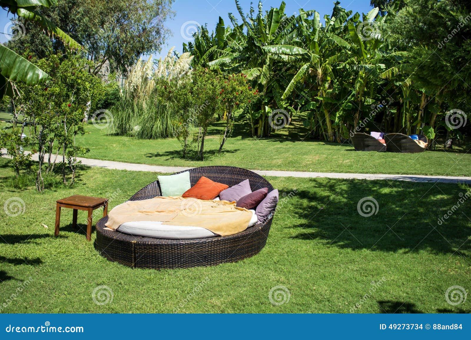 Lit Pliant De Salon Dans Un Jardin Exotique Vert Photo stock ...