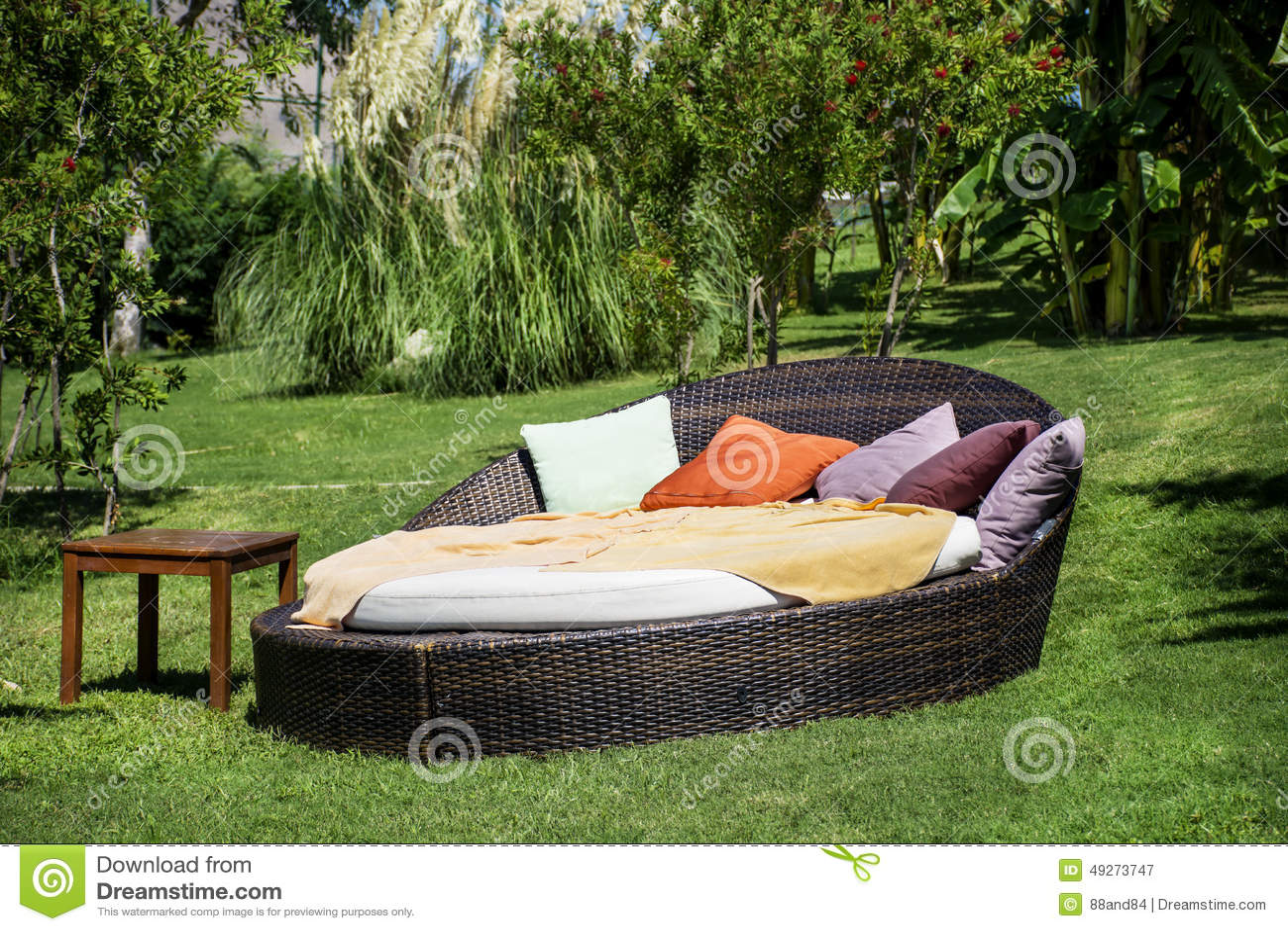 lit pliant de salon dans un jardin exotique vert photo stock image 49273747. Black Bedroom Furniture Sets. Home Design Ideas