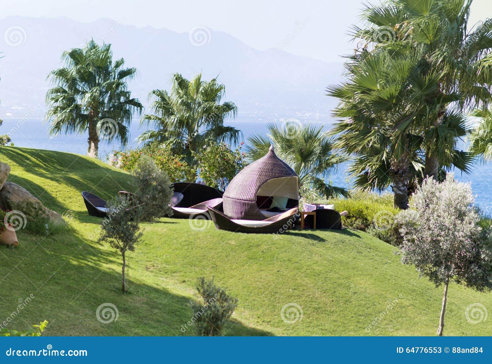 Lit Pliant De Salon Dans Un Jardin Vert Photo Stock Image 64776553