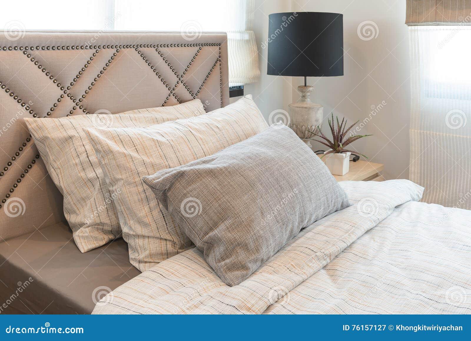 Lit Simple Dans La Chambre à Coucher Moderne Avec La Lampe ...