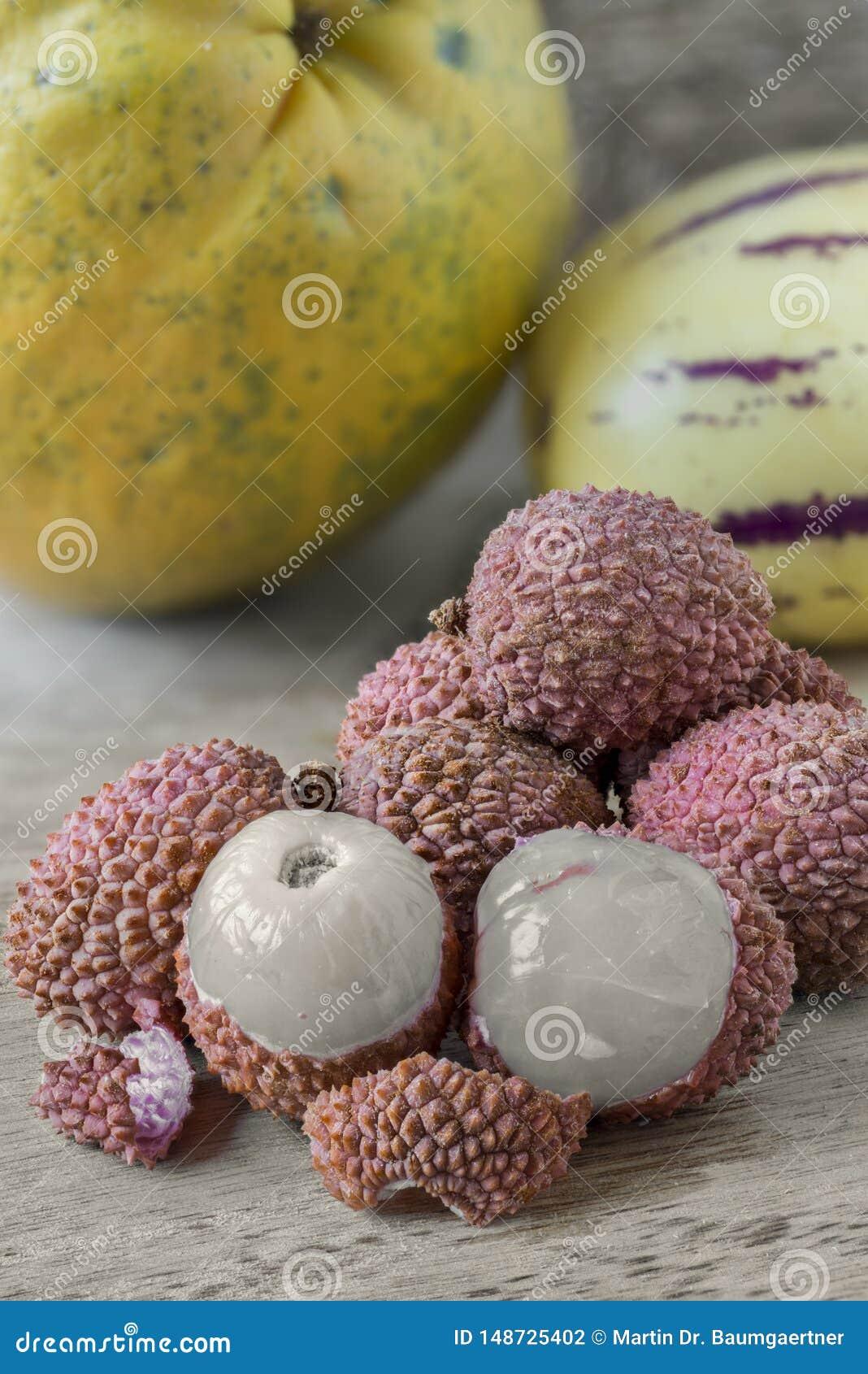 Litchiplommoner och andra tropiska frukter