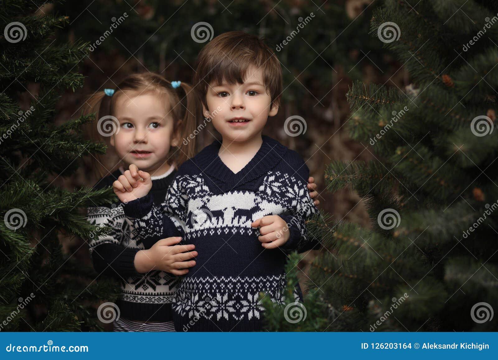 Lite barn vid trädet för nytt år Barn dekorerar Chrisen