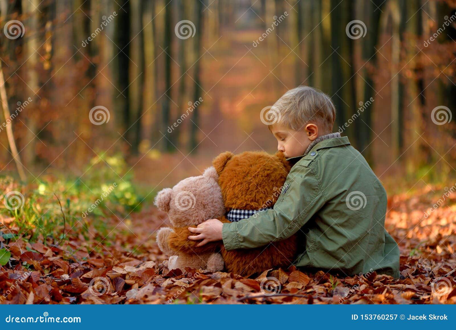 Lite parkerar pojken som spelar i hösten