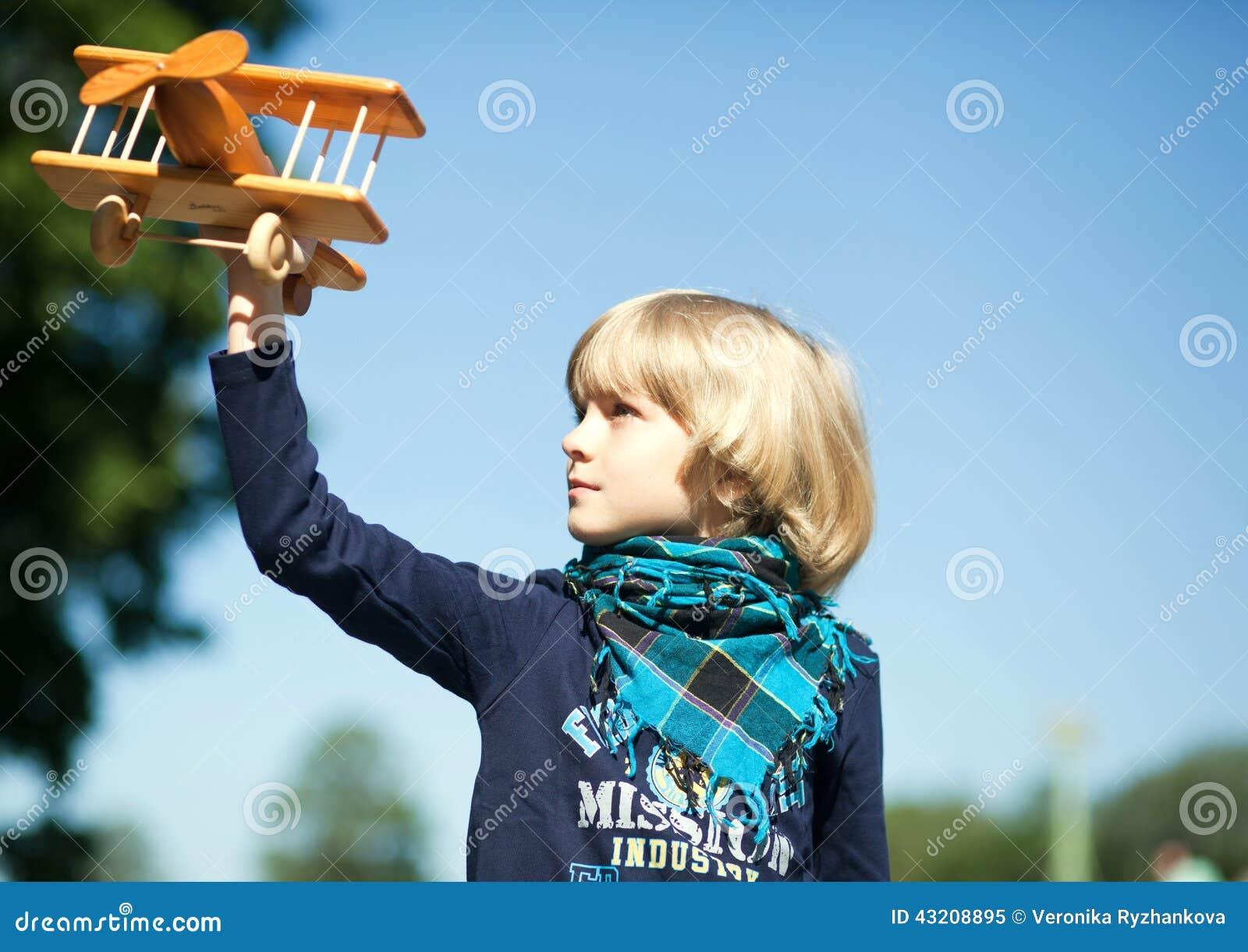 Download Lite Pojke Som Flyger Hans Flygplan Fotografering för Bildbyråer - Bild av hår, gyckel: 43208895
