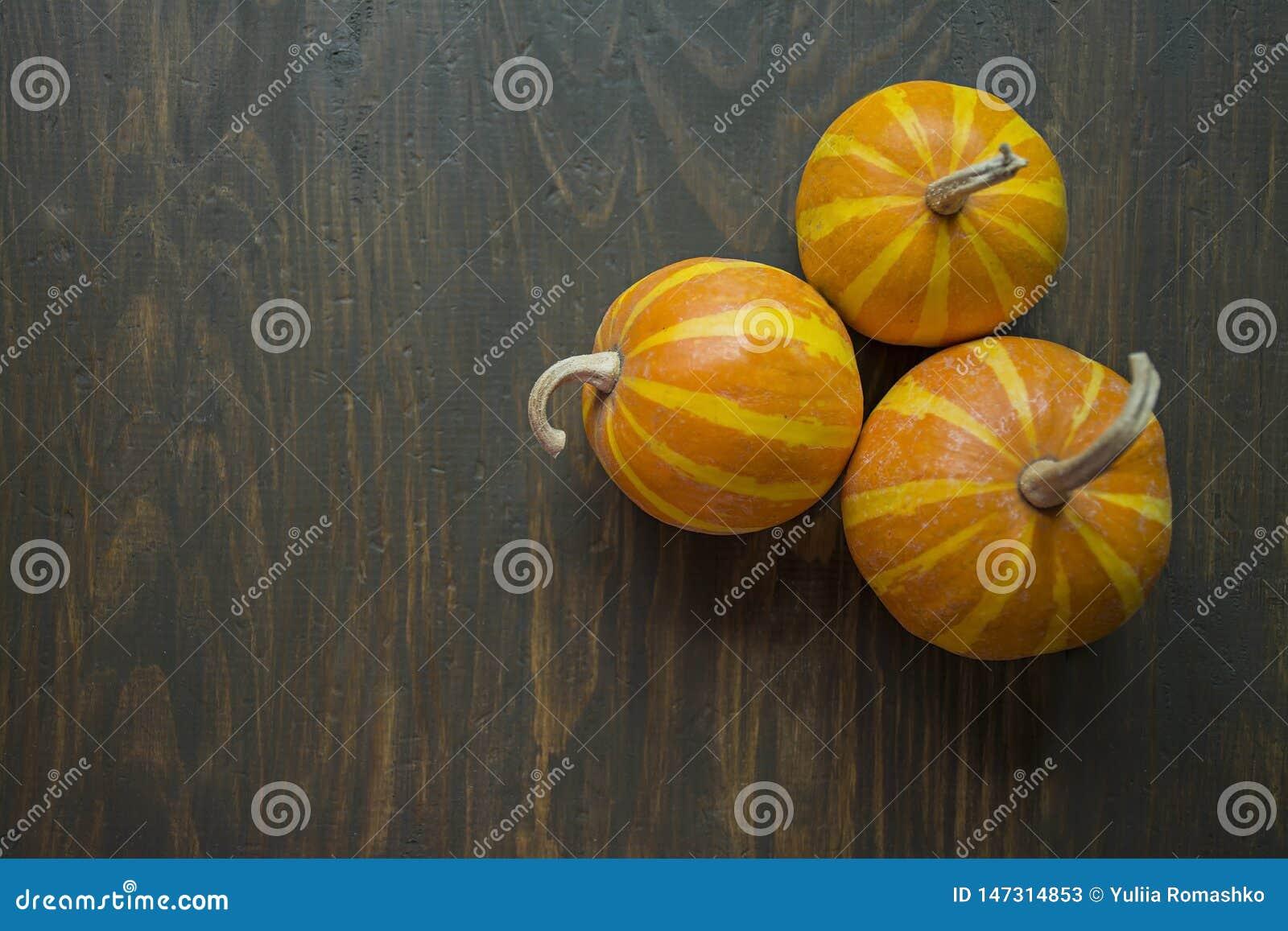 Lite pumpor Dekorativ pumpa p? tabellen halloween Besk?da fr?n sidan Stranda av h?r v?nder mot in