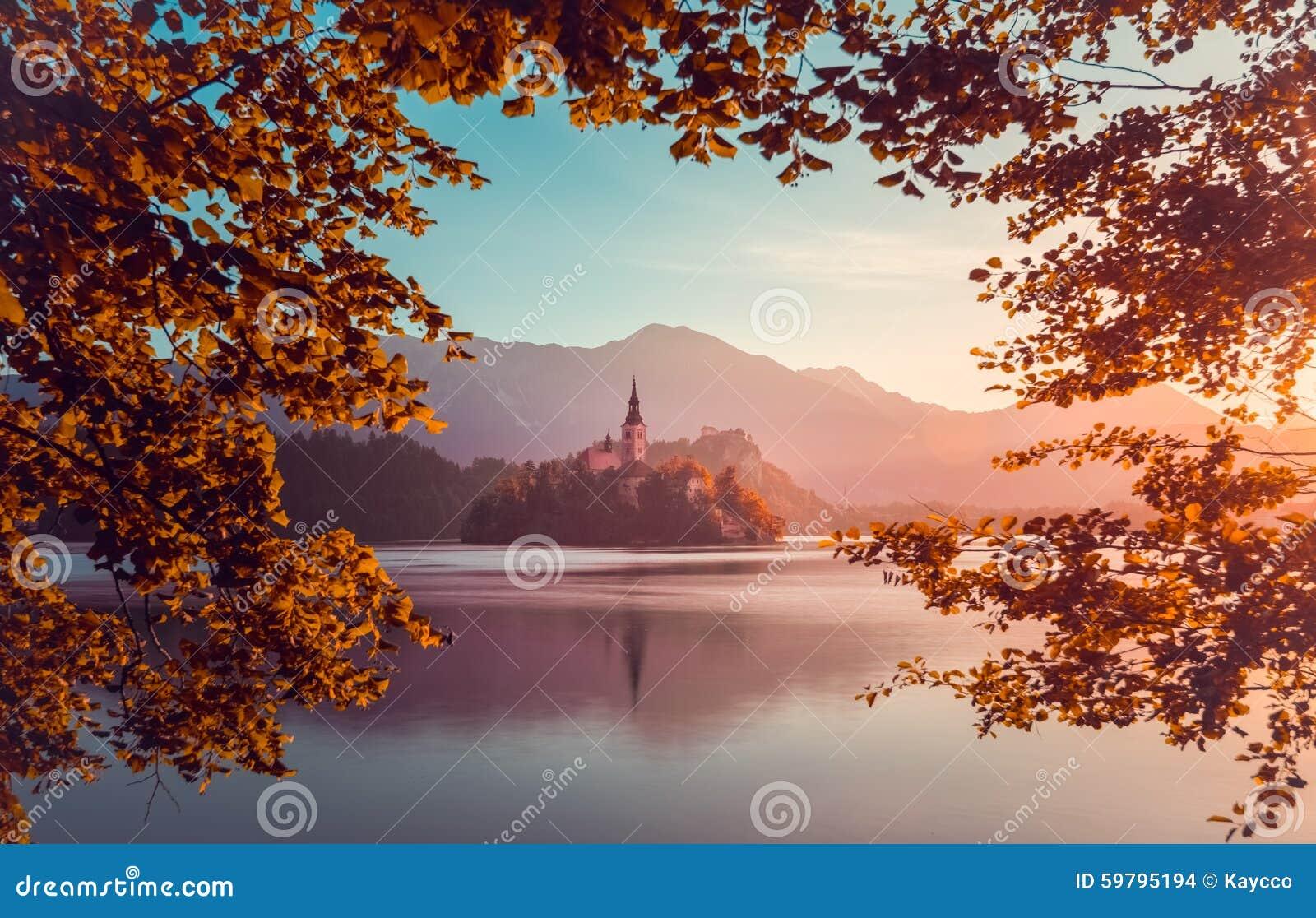 Liten ö med katolska kyrkan i den blödde sjön, Slovenien på Su