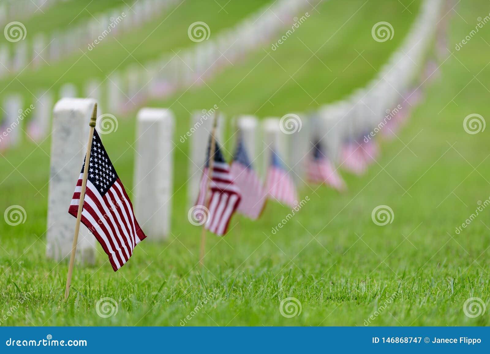 Liten amerikanska flaggan p? den nationella kyrkog?rden - Memorial Day sk?rm