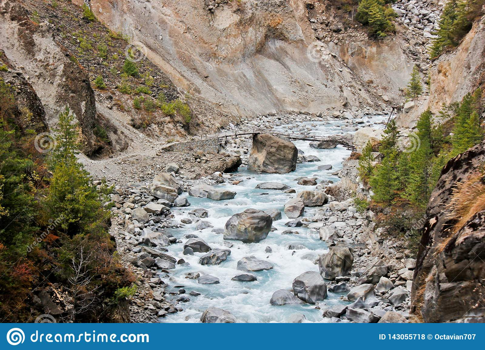 Liten bro över floden i Himalaya