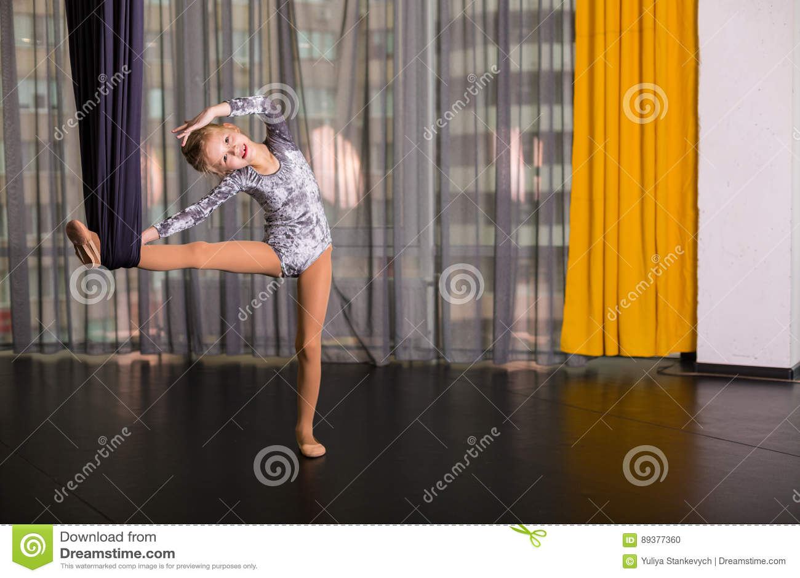 Liten dansare i en flyg- yogahängmatta