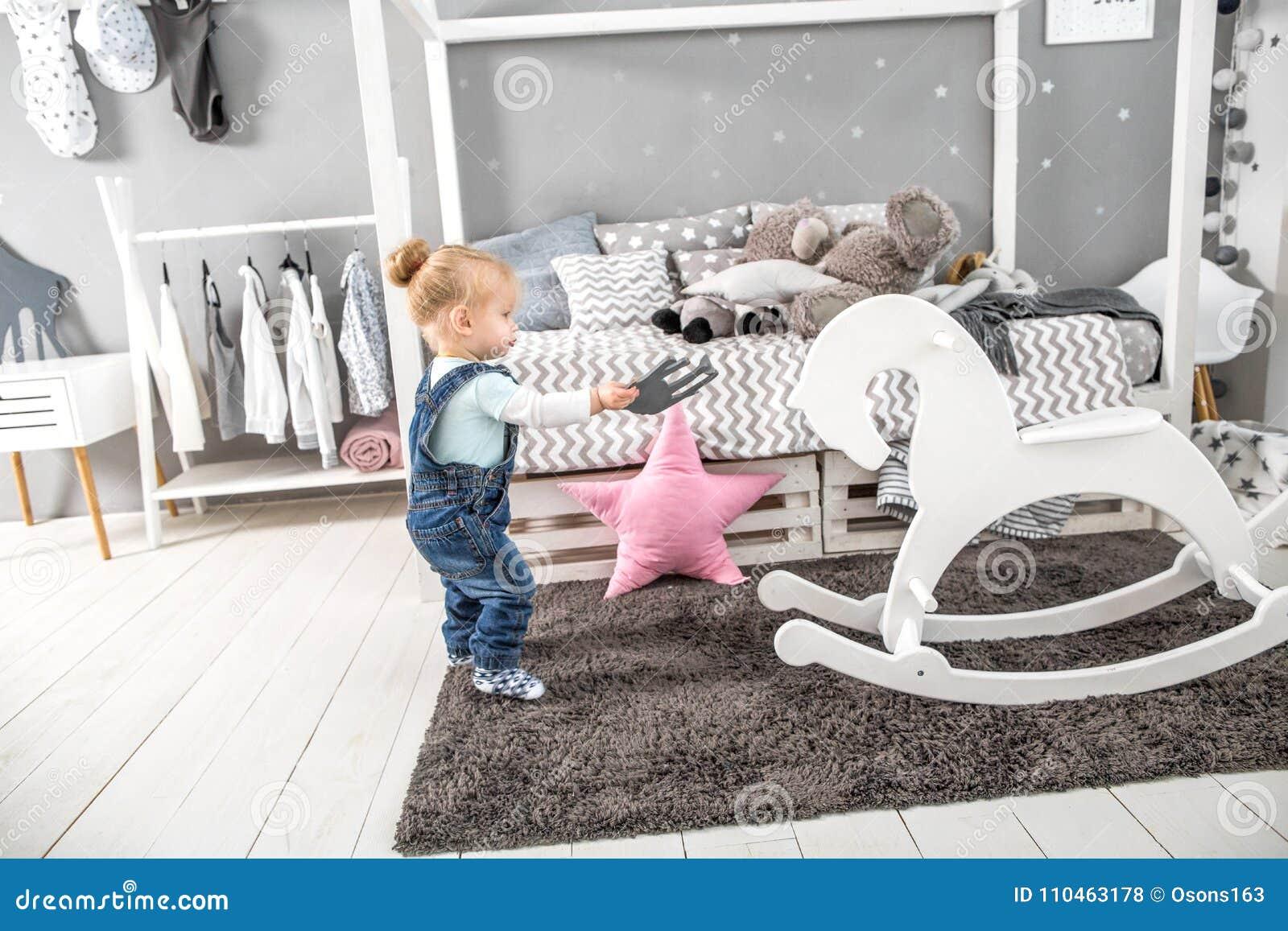 Liten flicka i ditt golv i hennes rum