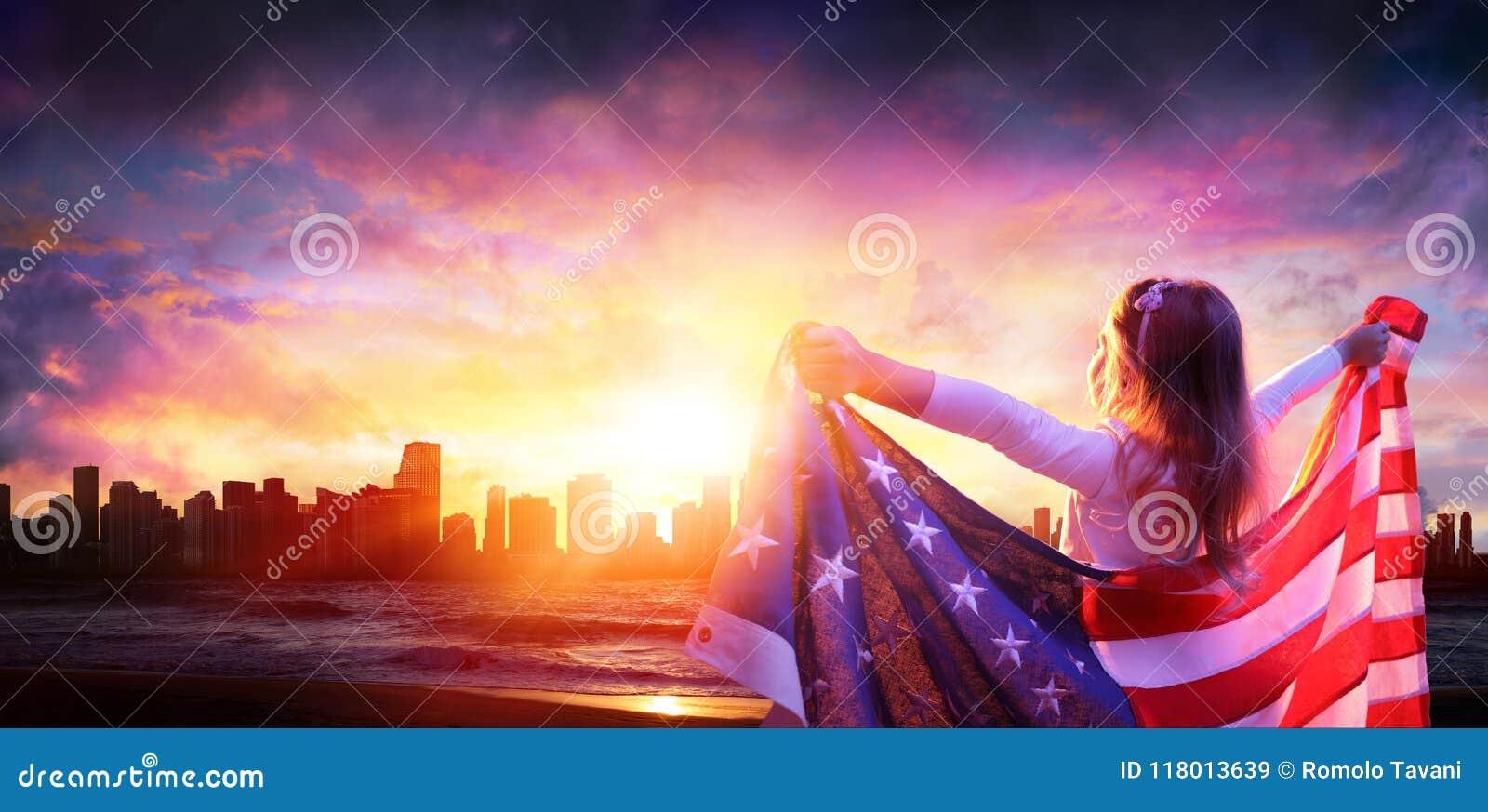 Liten flicka i frihet med amerikanska flaggan