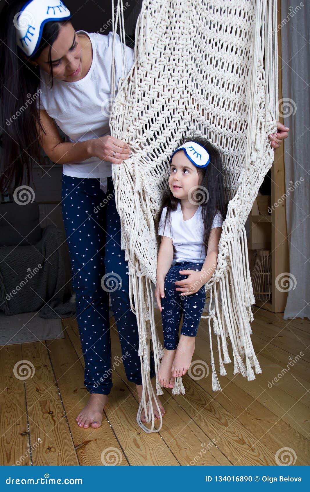 Liten flicka i stolen mamman ser henne med förälskelse