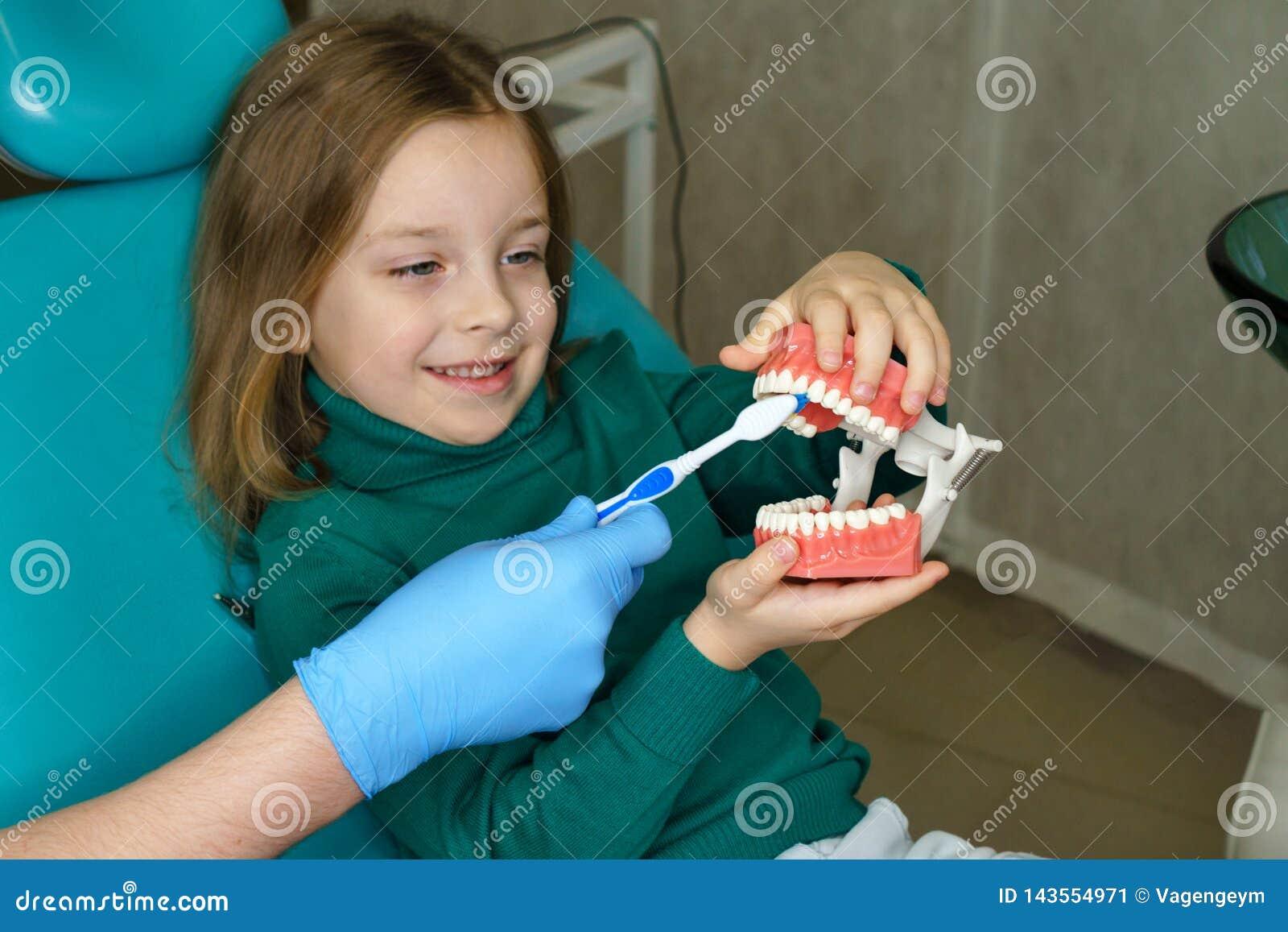 Liten flicka i tand- klinik