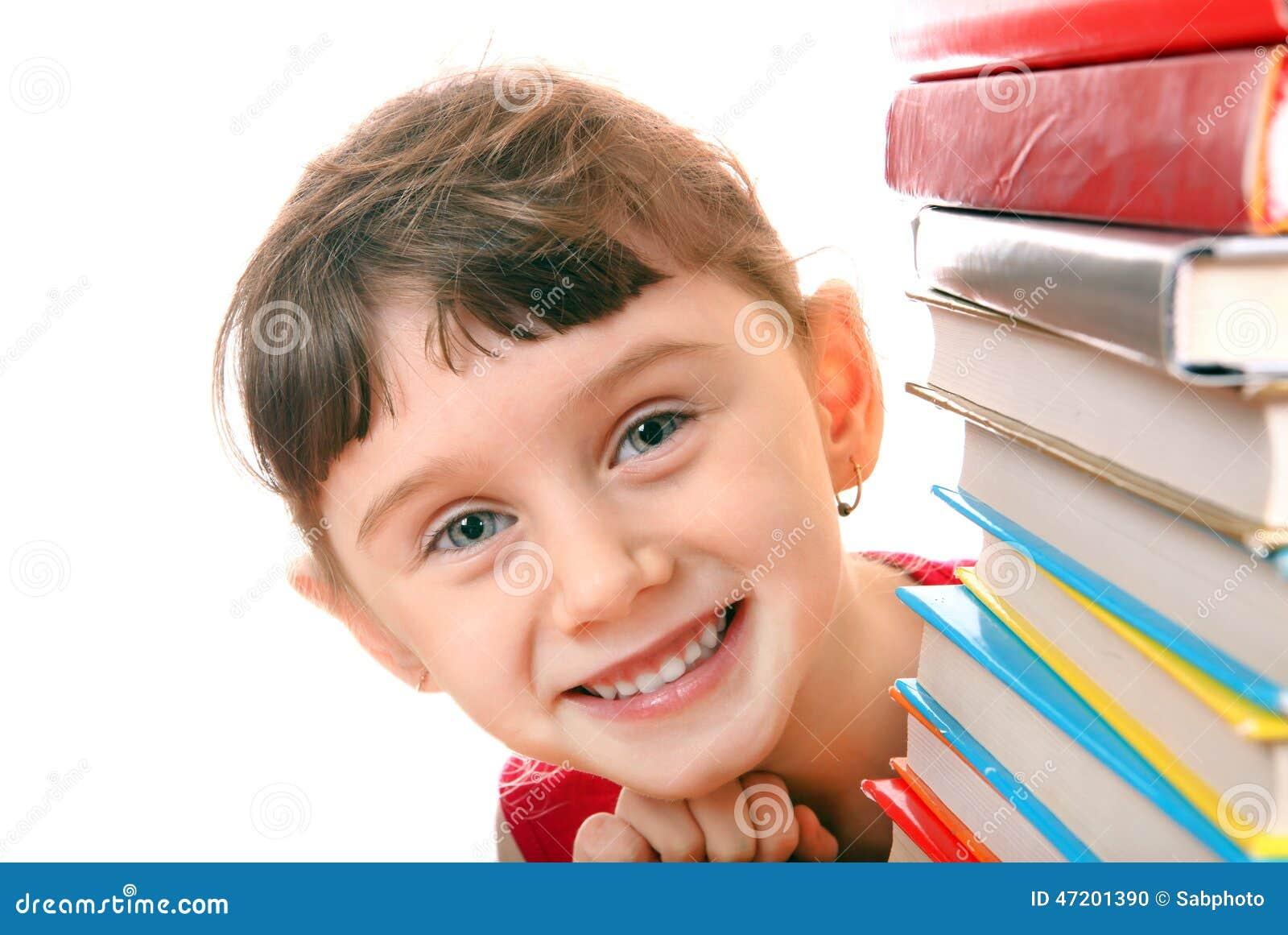 Liten flicka med böckerna