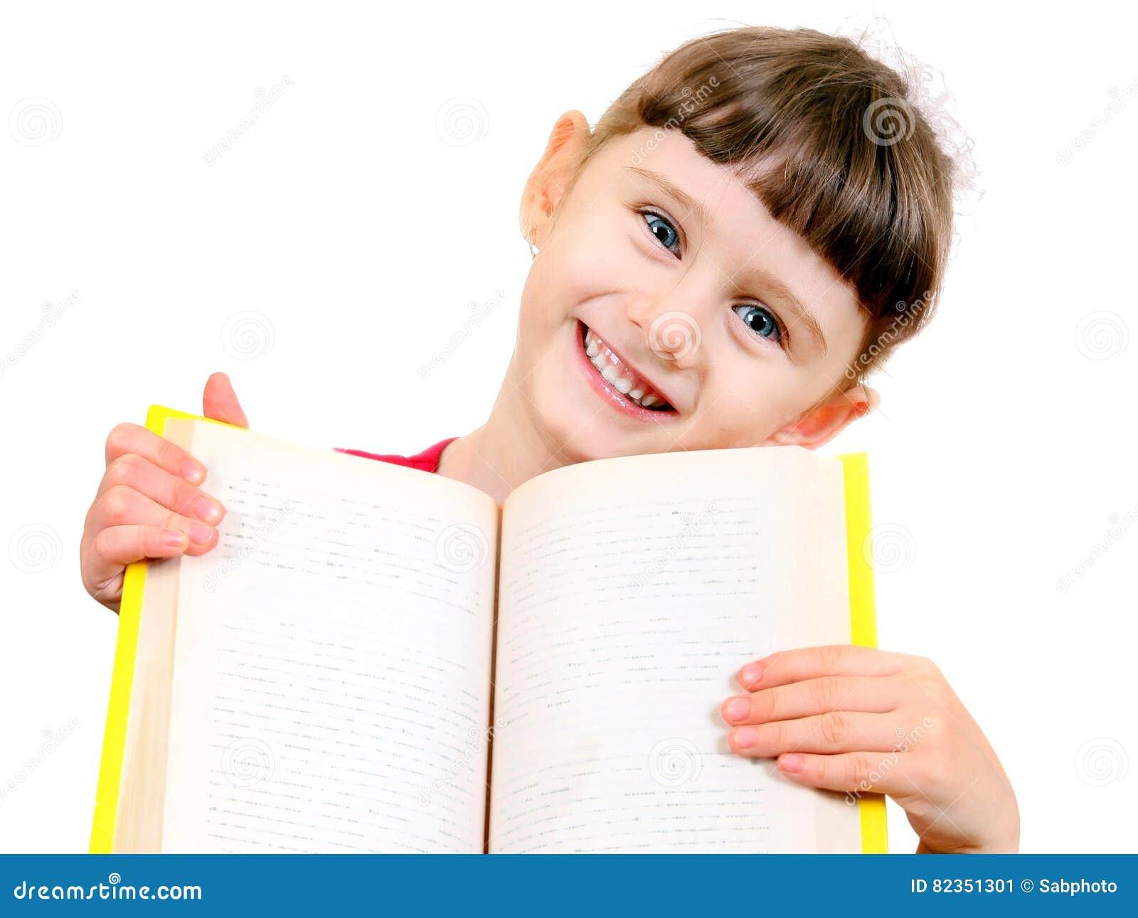 Liten flicka med en bok